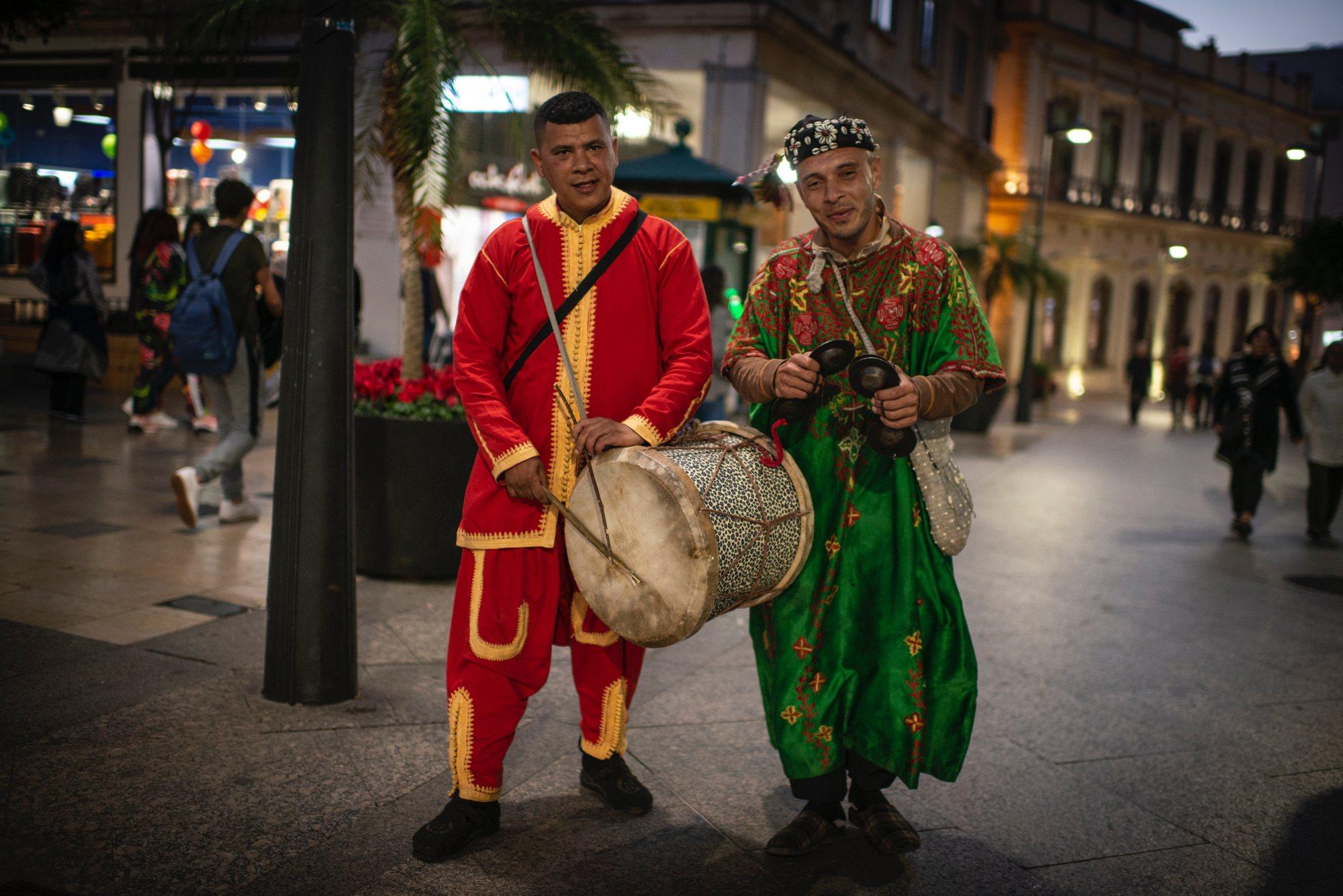 Ceuta musulmana: dos músicos con vestimentas morunas en el Paseo Revellín