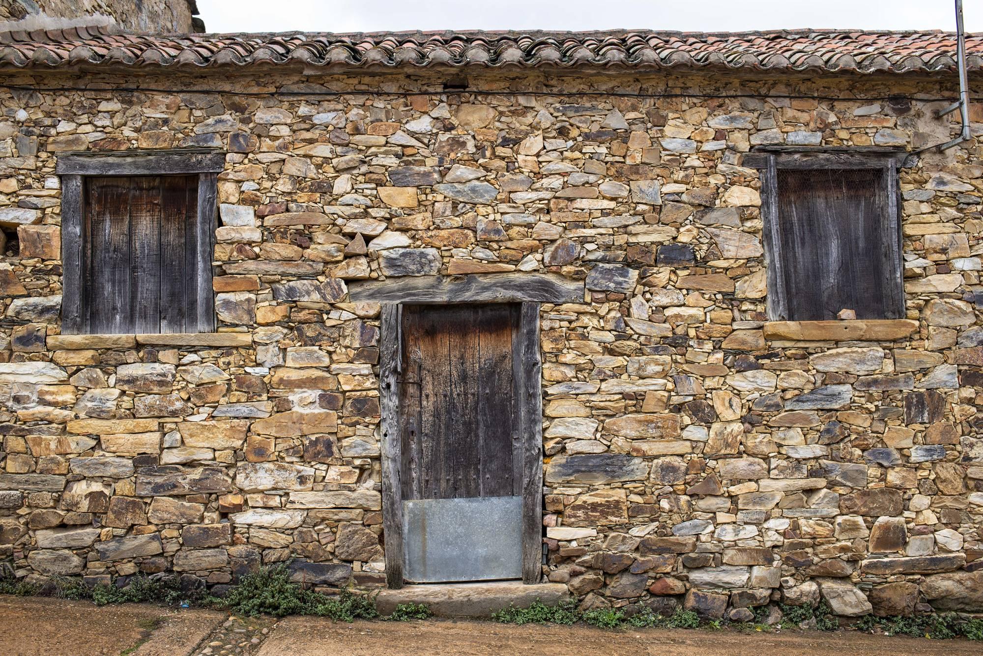 Una casa muda del camino.
