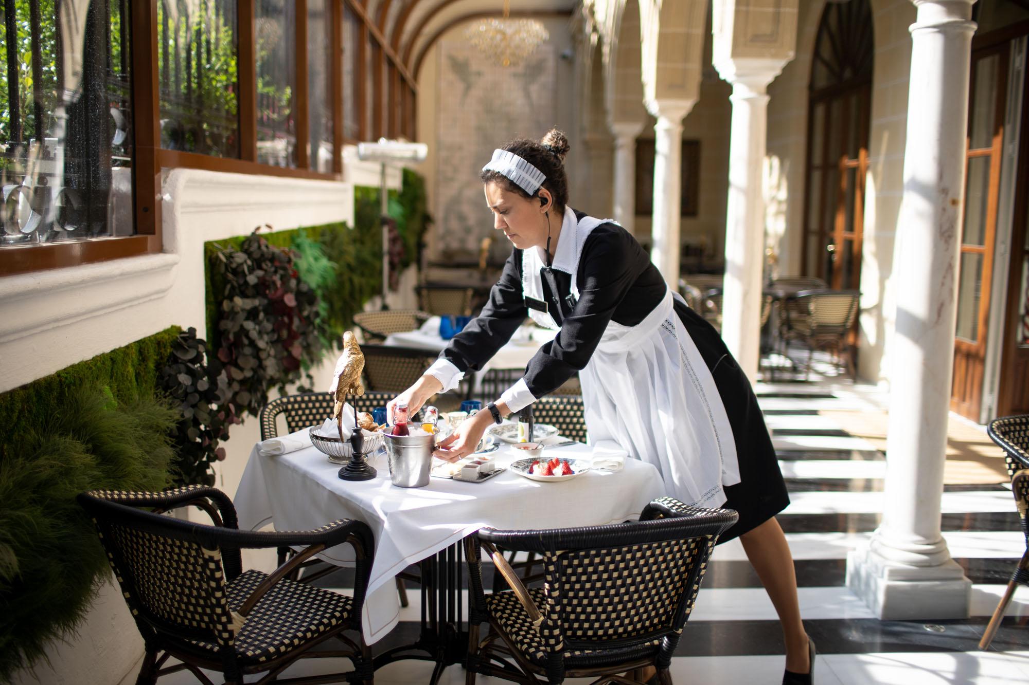 El desayuno es continental y se sirve en mesa.
