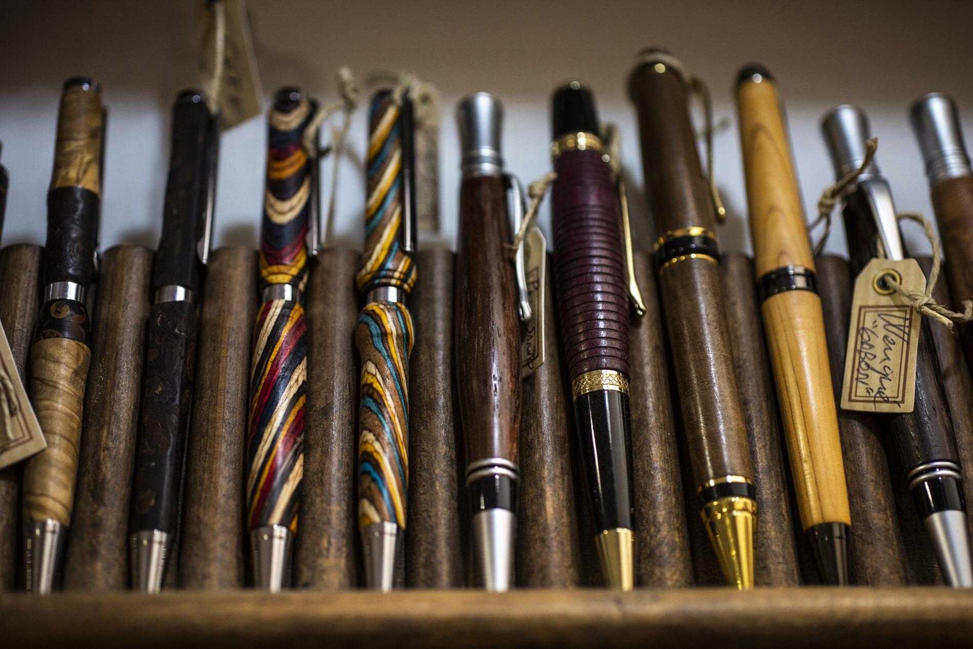 Las plumas y bolígrafos de madera tallada y pintada son un regalo perfecto.