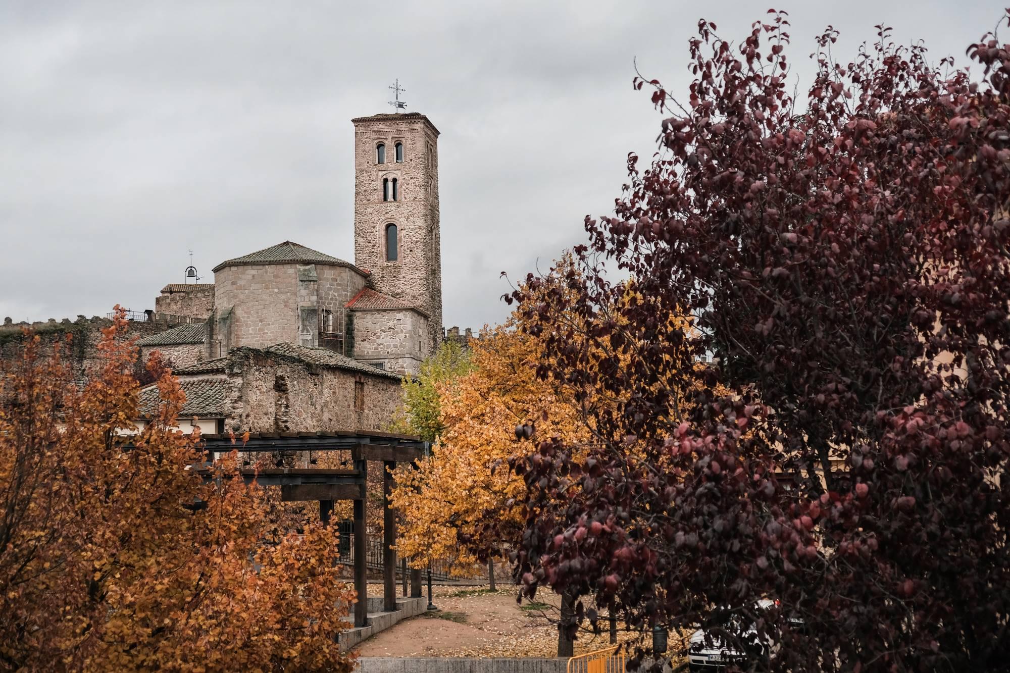 La imponente figura de Santa María del Castillo, impulsada en el siglo XIV por el Marqués de Santillana.