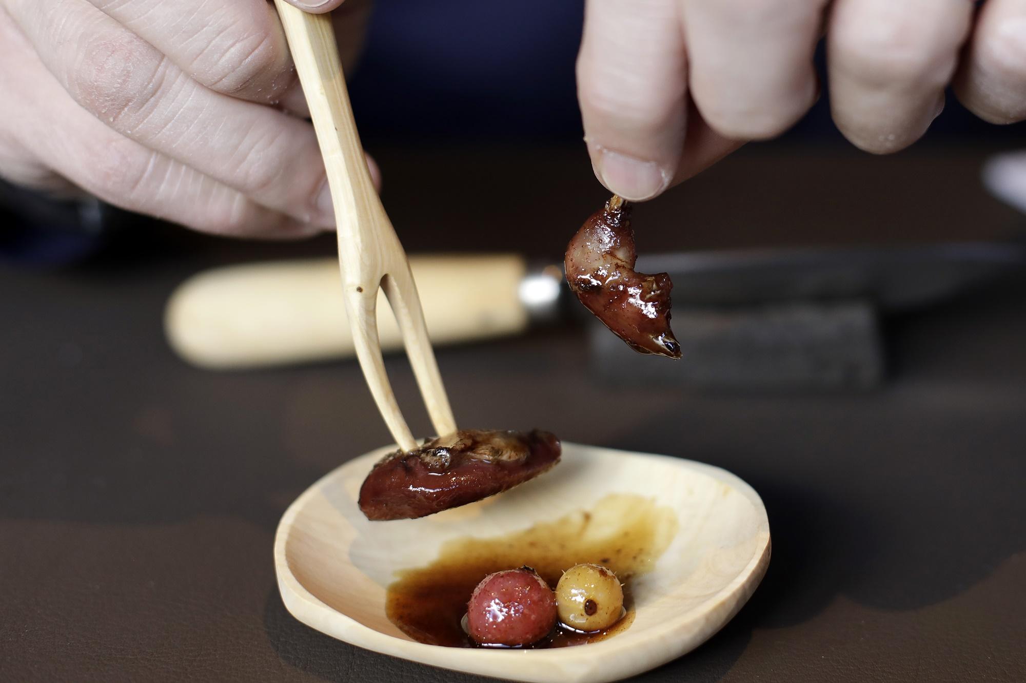 Caza menor y artesanía: zorzal con agraces fermentados en plato y con cubiertos de madera de boj.