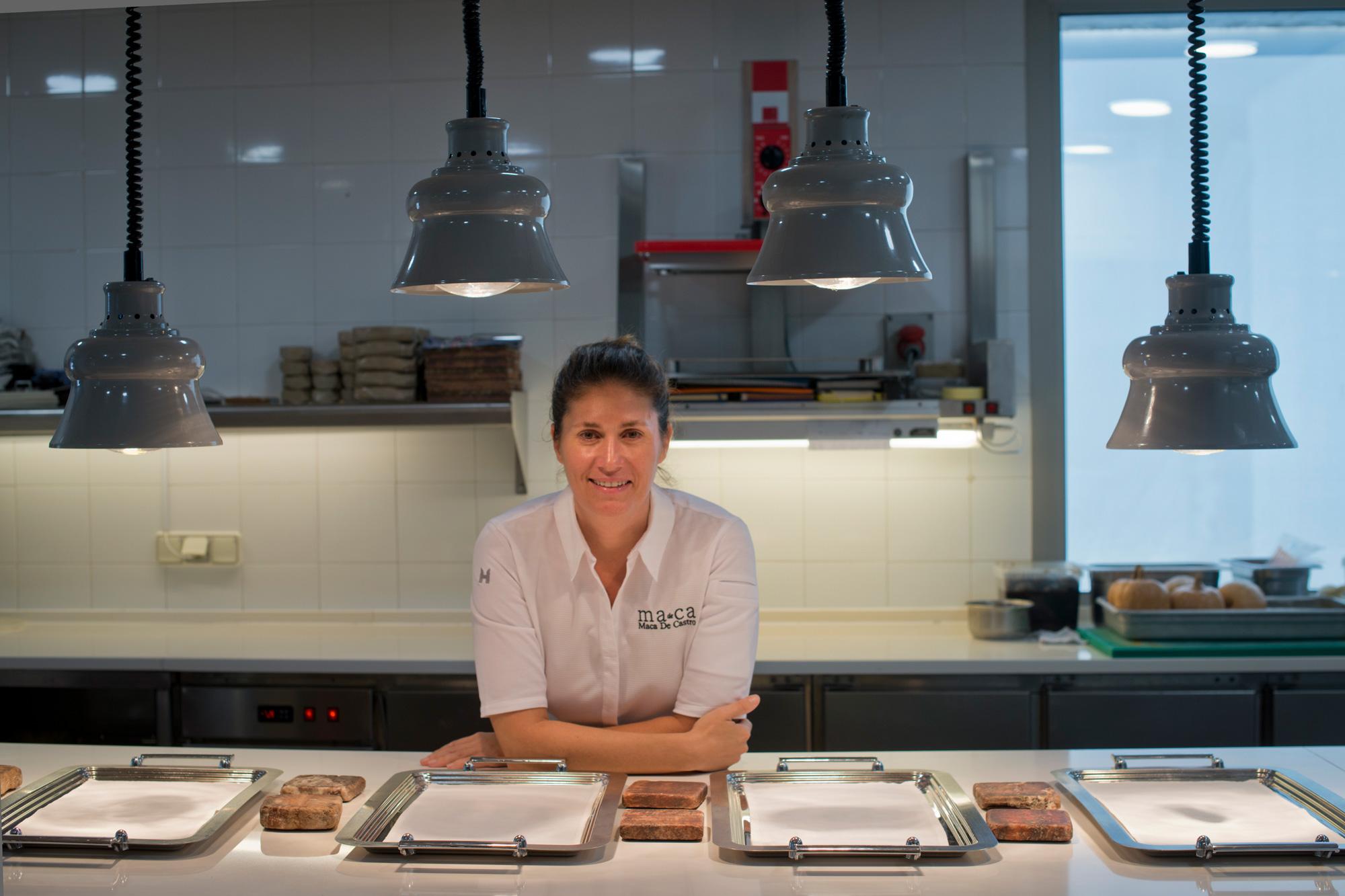 Maca de Castro, en su cocina, dispuesta para empezar el servicio.