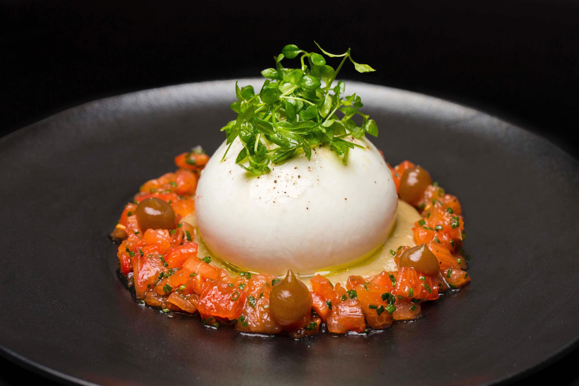 Burrata con tomate, cremoso de berenjena asada, gel de dátiles y ensalada de concasse. Foto: 'Avec'.