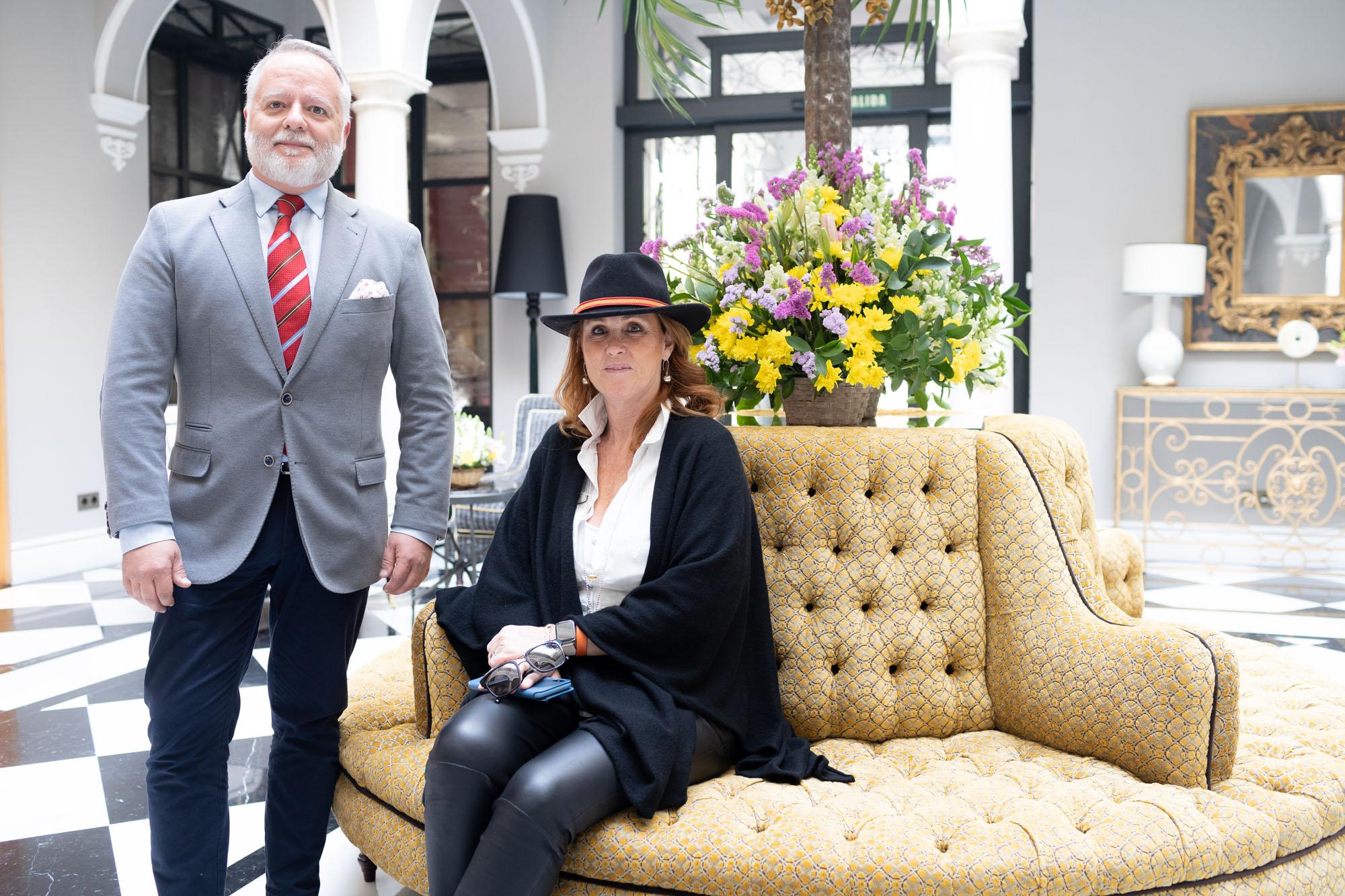 Enrique Tiscar junto a Marisa C. Azcárate, propietaria del hotel.