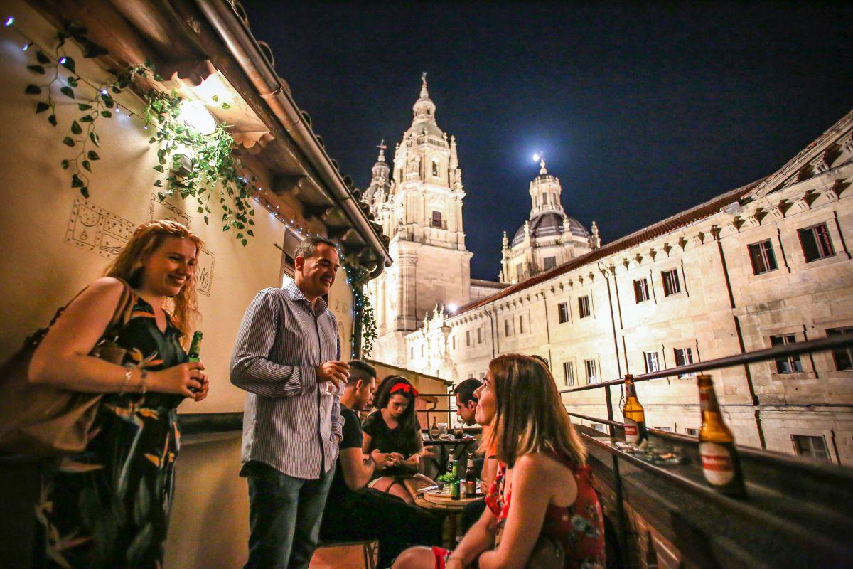 Rincones como este, con vistas a la Clerecía, hacen de Salamanca un destino especial. Foto: Félix Corchado
