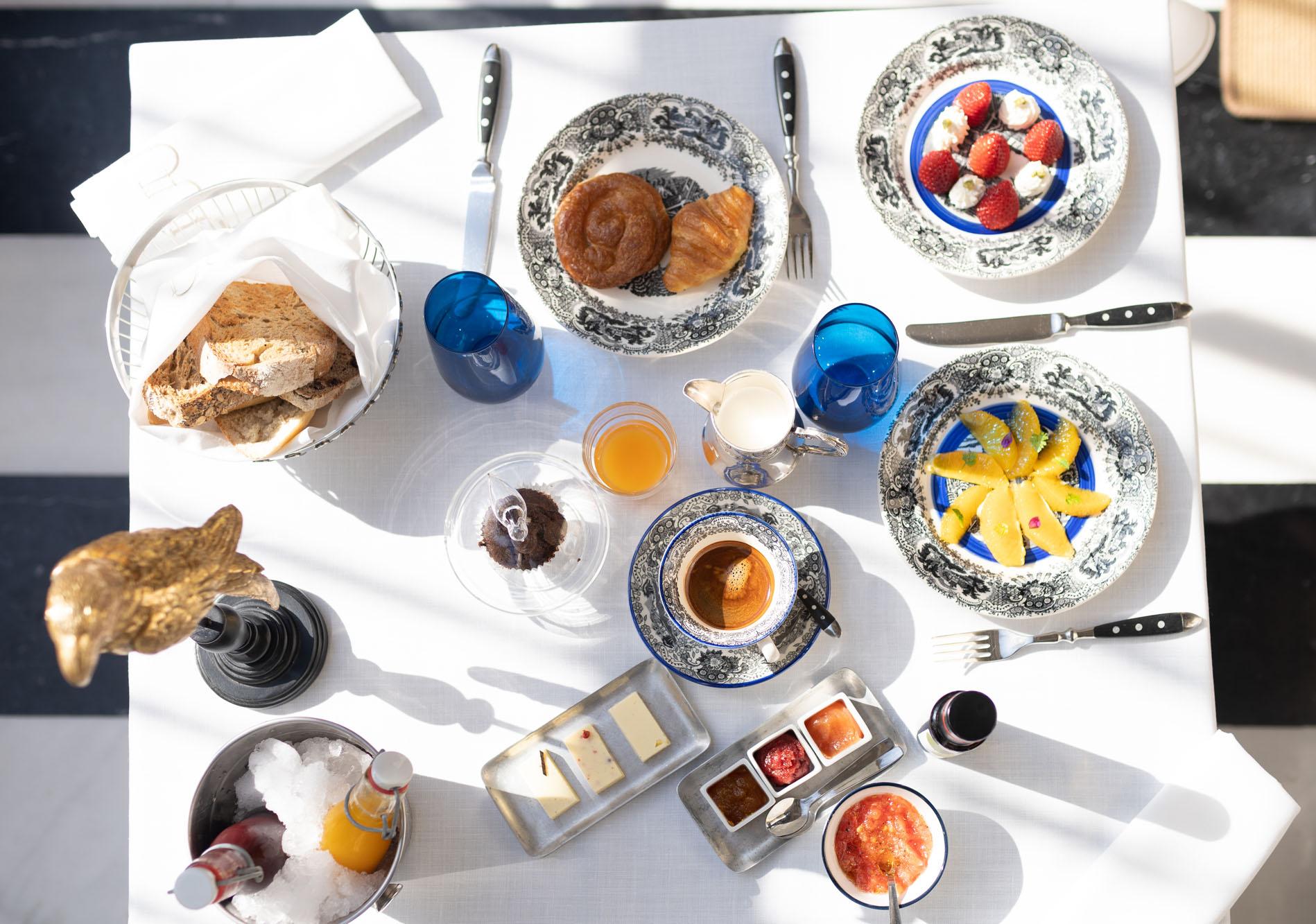 Repostería artesanal, zumos naturales, distintos tipos de pan y mantequillas caseras forman el desayuno.