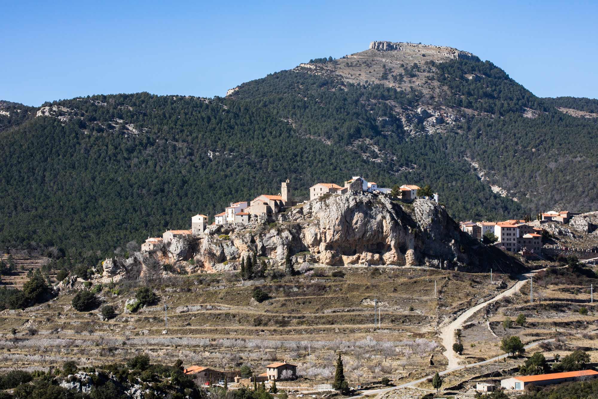 Al terminar de conocer la montaña, uno puedo parar en el pueblo medieval de Xodos.