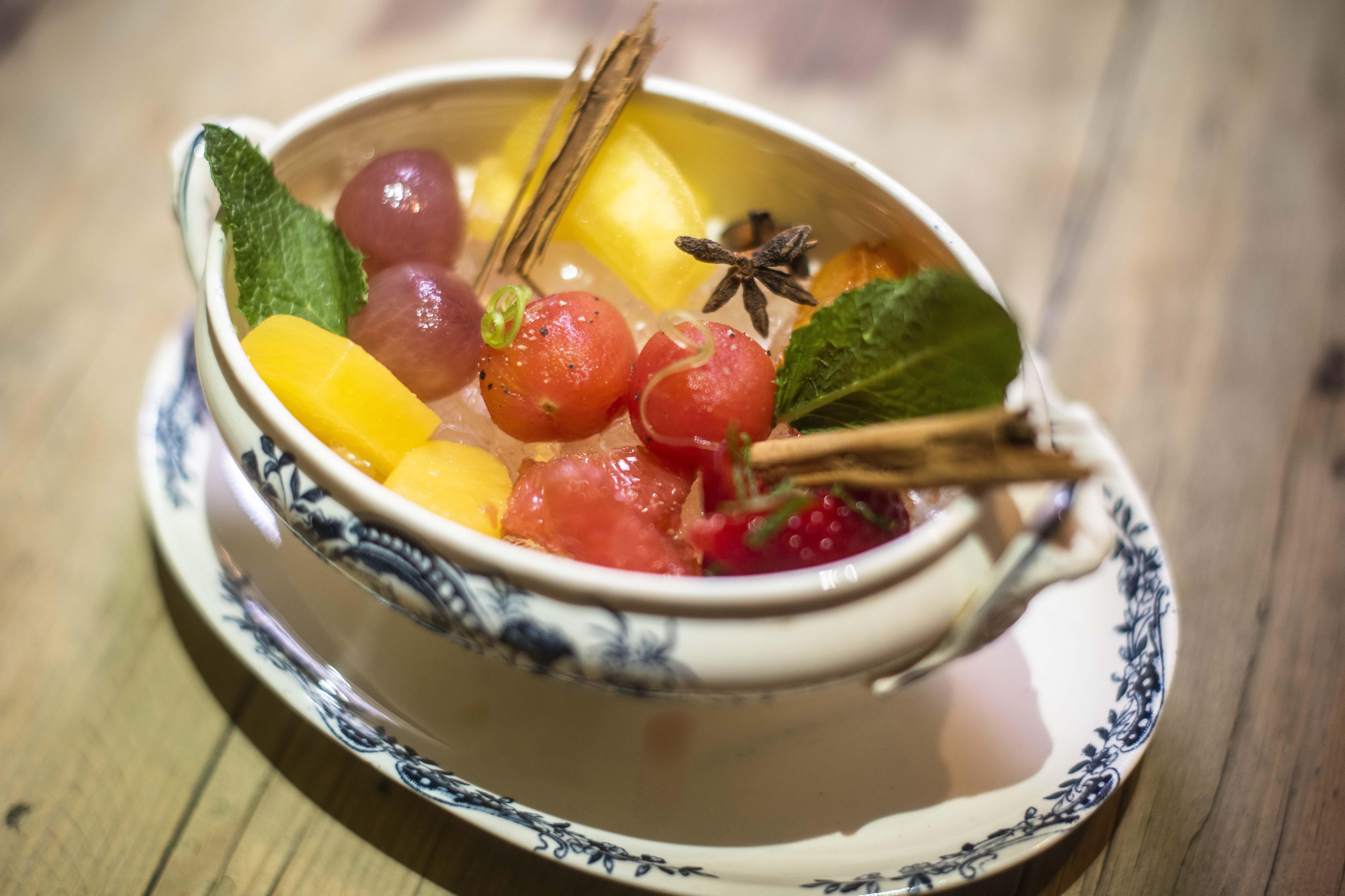 El 'xarab' se prepara con fruta macerada en hierbas y especias.