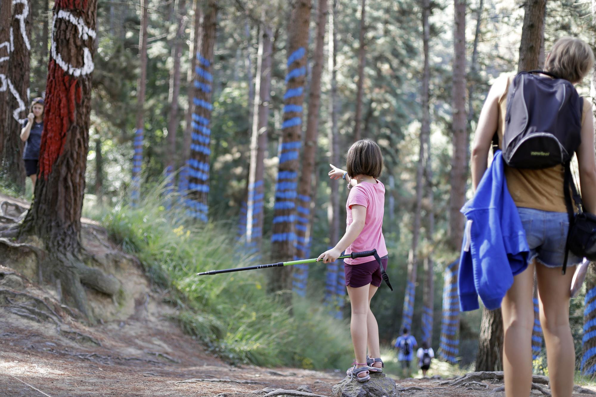 Identificar las obras entre la vegetación es el gran reto de los niños.