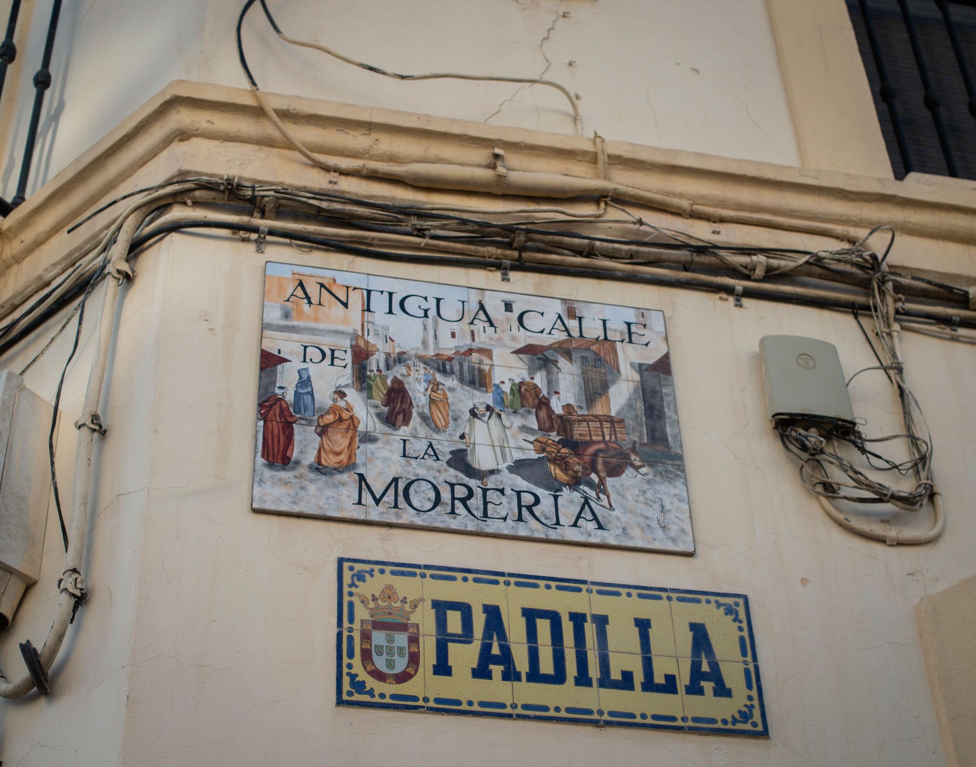 Placas con dos nombres distintos de la calle en Ceuta.