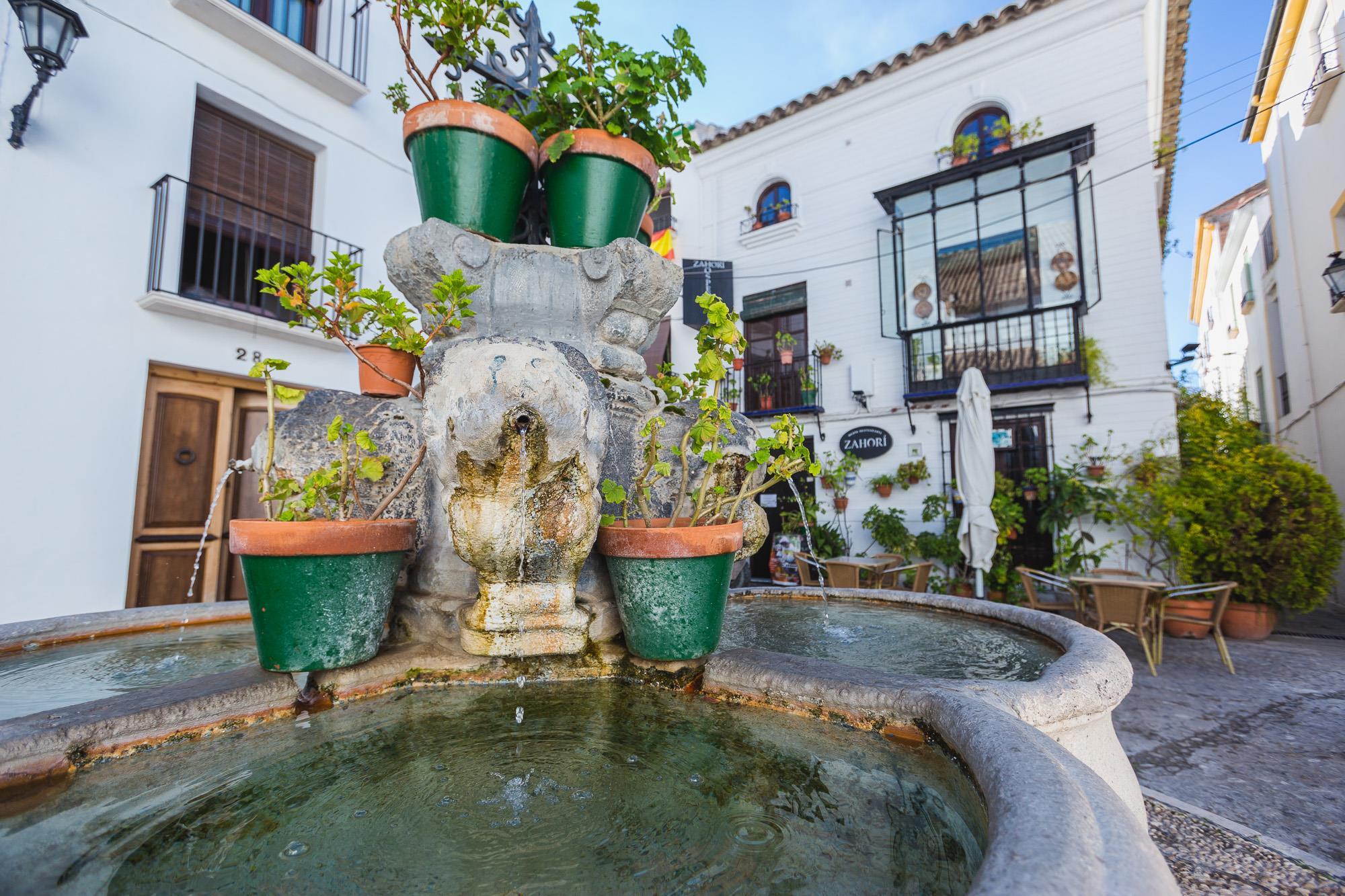 El borbotear de las fuentes es el hilo musical que acompaña en la ruta por el barrio de la Villa.