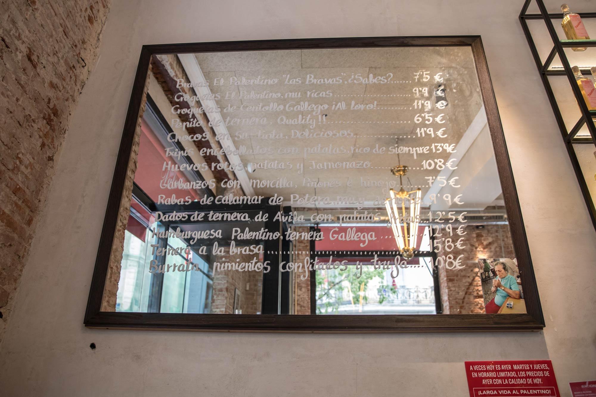 Menú escrito en un espejo del bar.