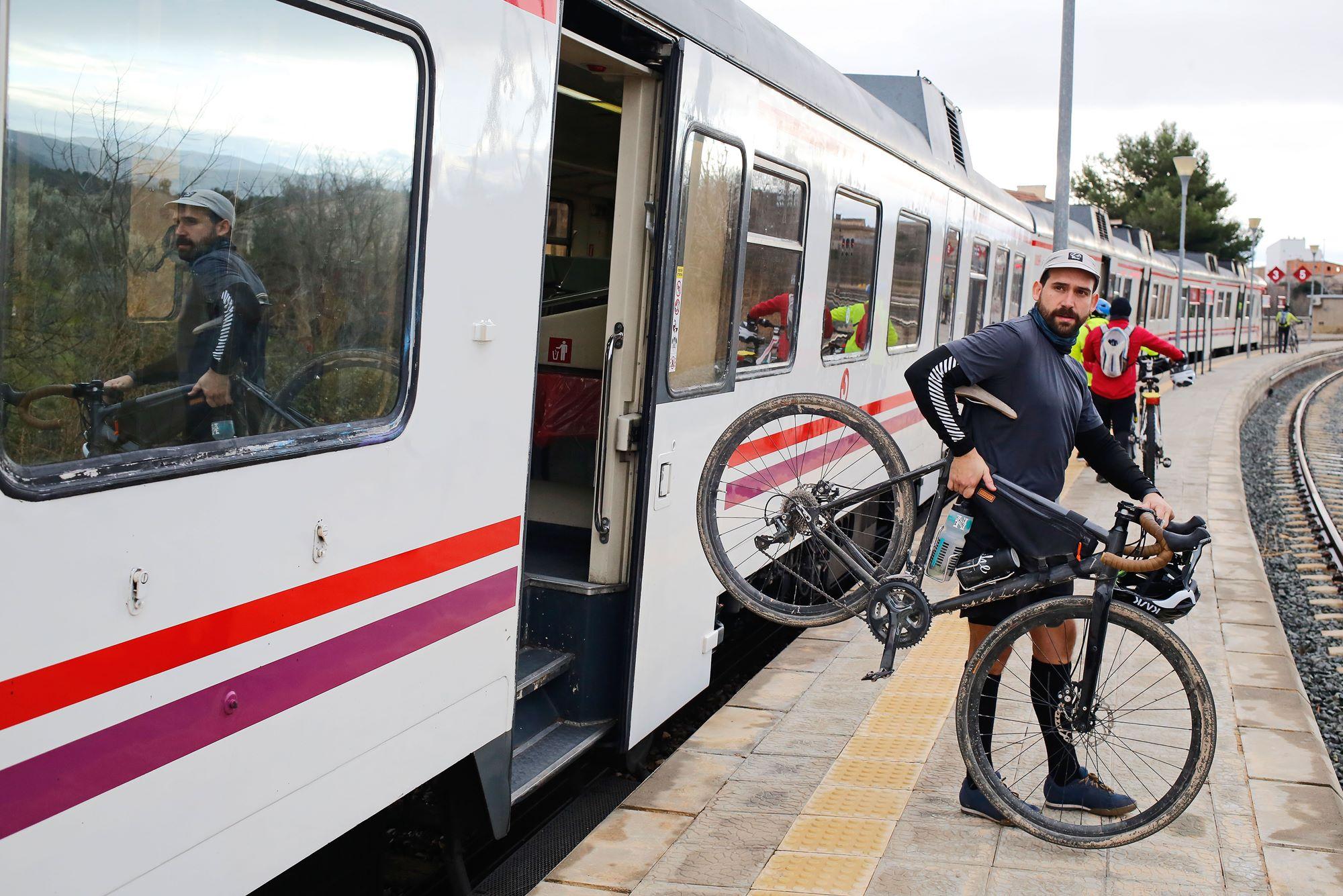 Los ciclistas llegan en tren al lugar que hayan determinado como su punto de partida.