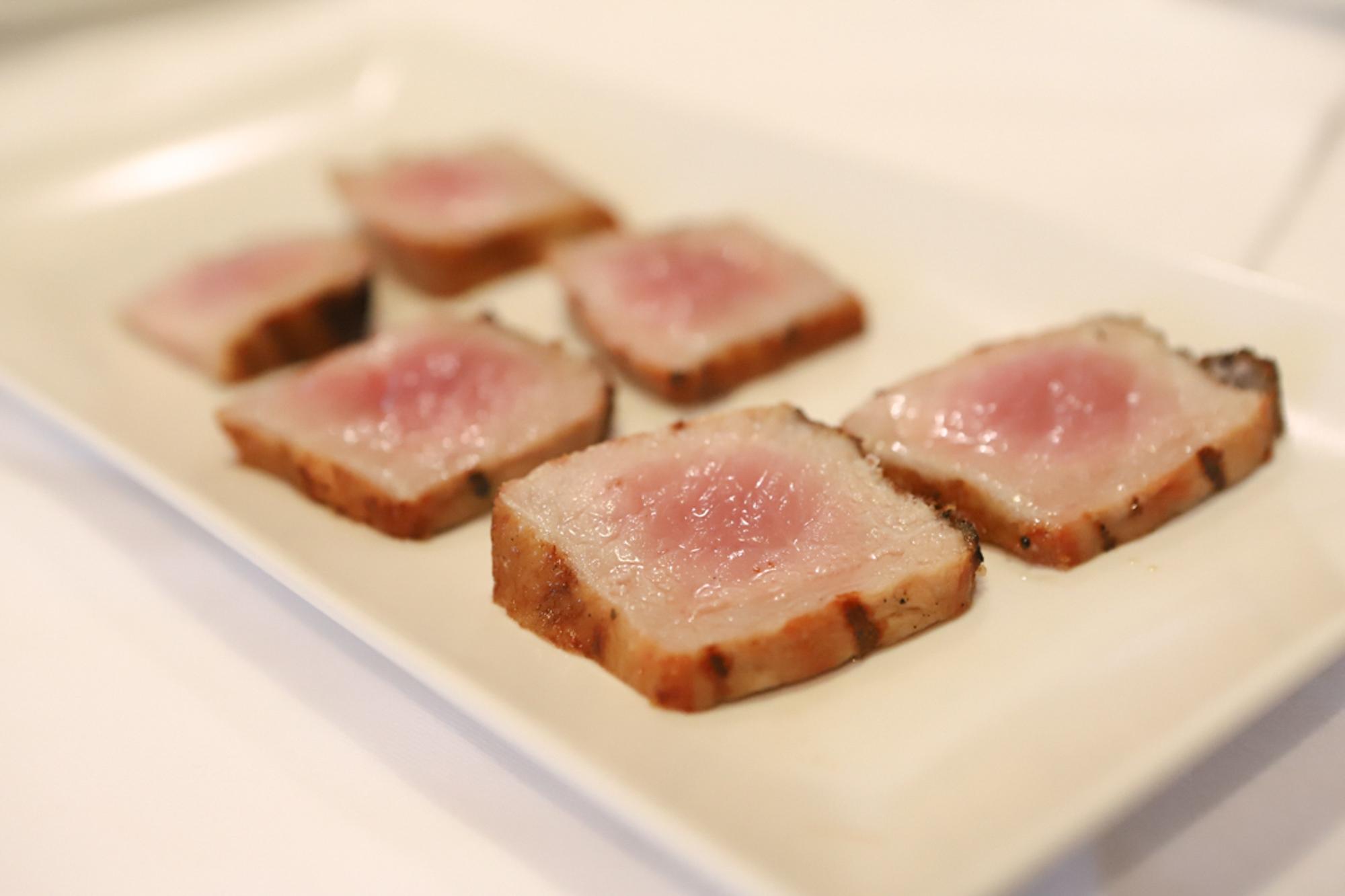 Tataki de lomo con ajo y sal, con un intencionado toque a 'quemado'.