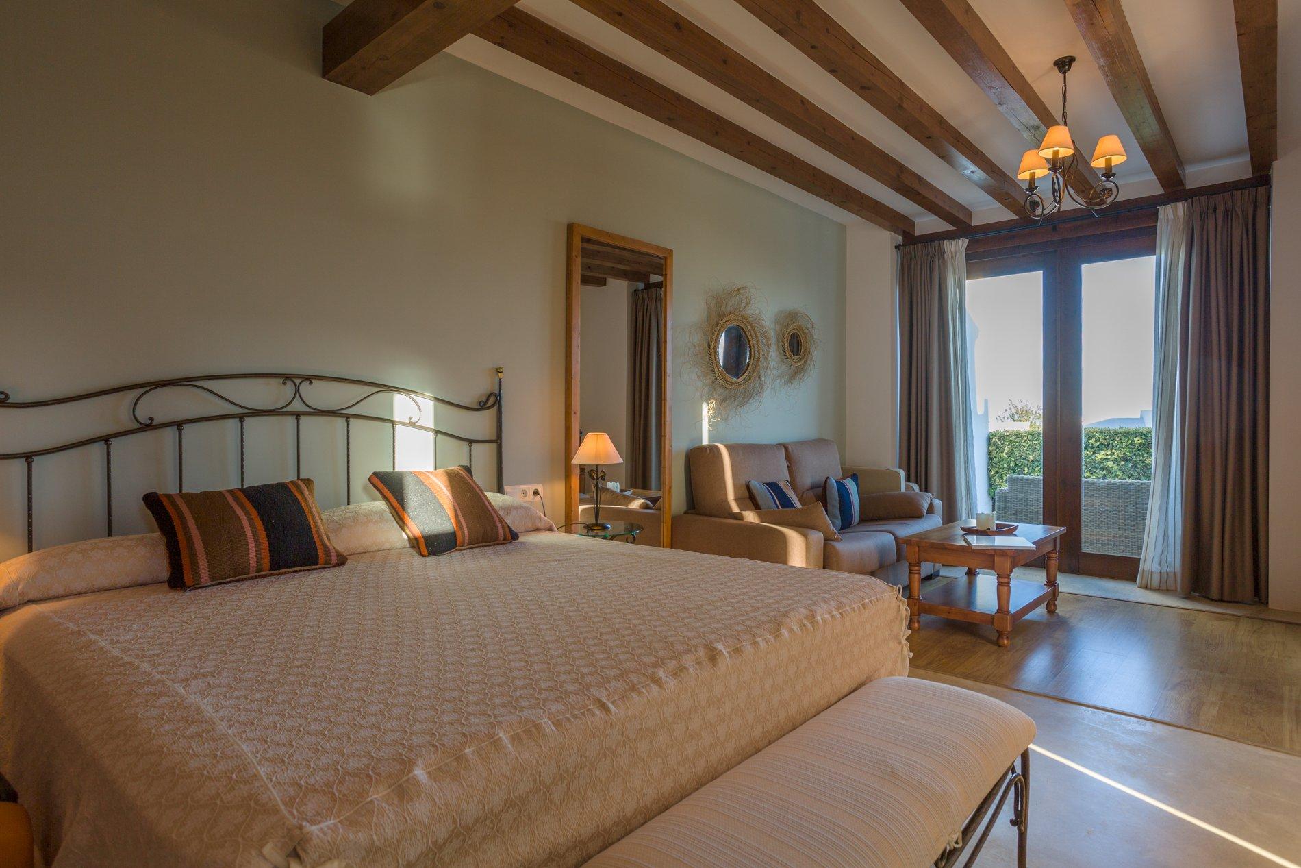 La madera, con vigas de sabina vista, el hierro forjado y el esparto en los detalles de decoración de las habitaciones.