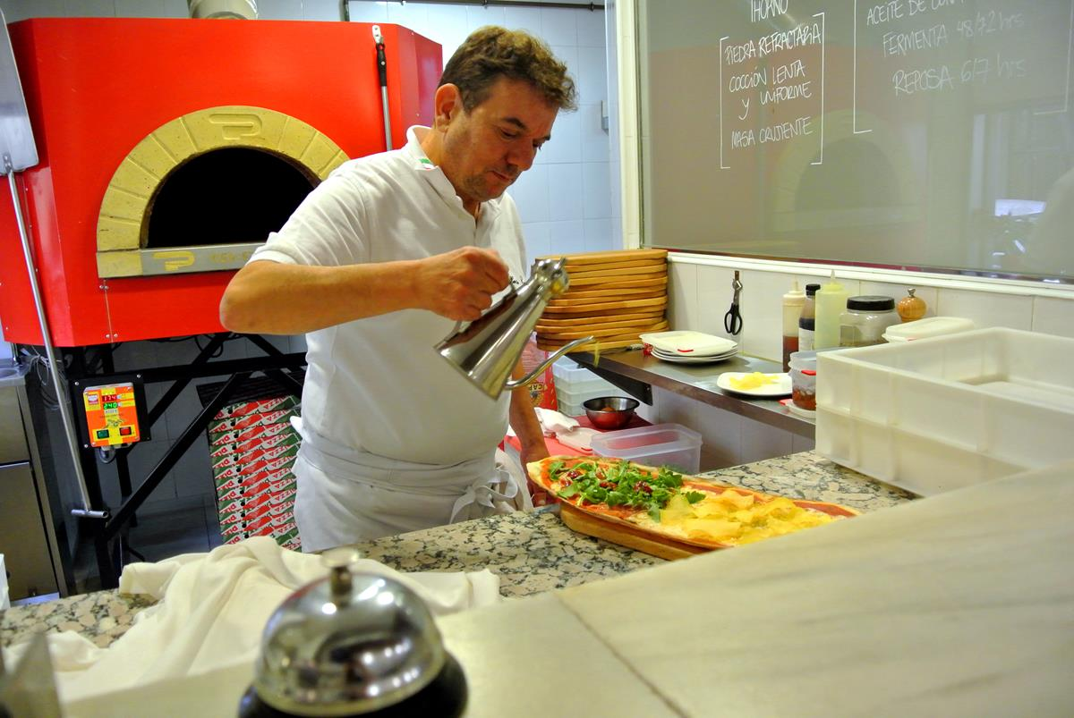 Últimos toques para la pizza en 'Trattoria Manzoni'. Foto: Camino Martínez.