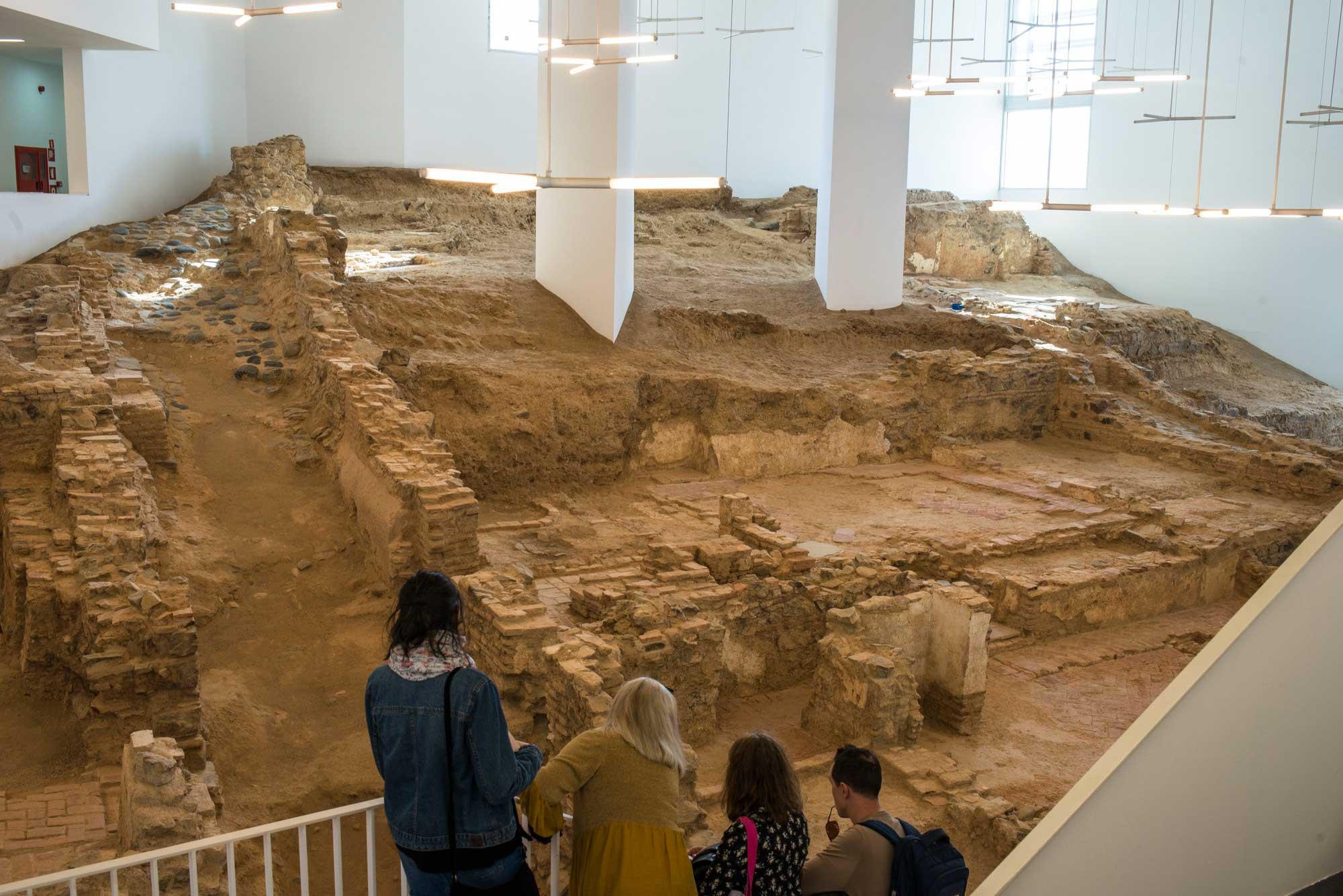 Yacimiento arqueológico dentro de la biblioteca pública. Foto: Alfredo Cáliz