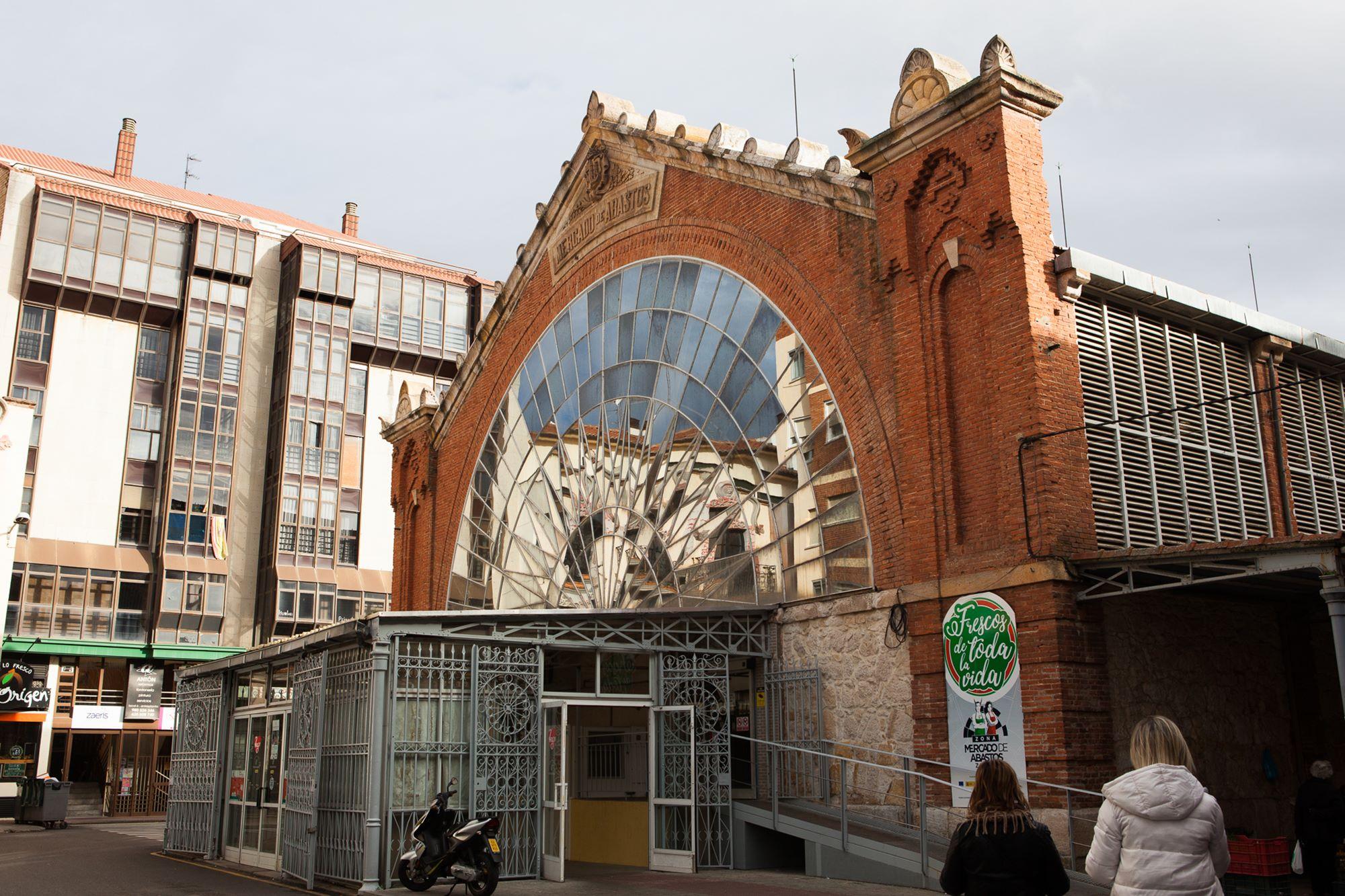 La fachada acristalada del mercado protagoniza la plaza a la que da nombre.
