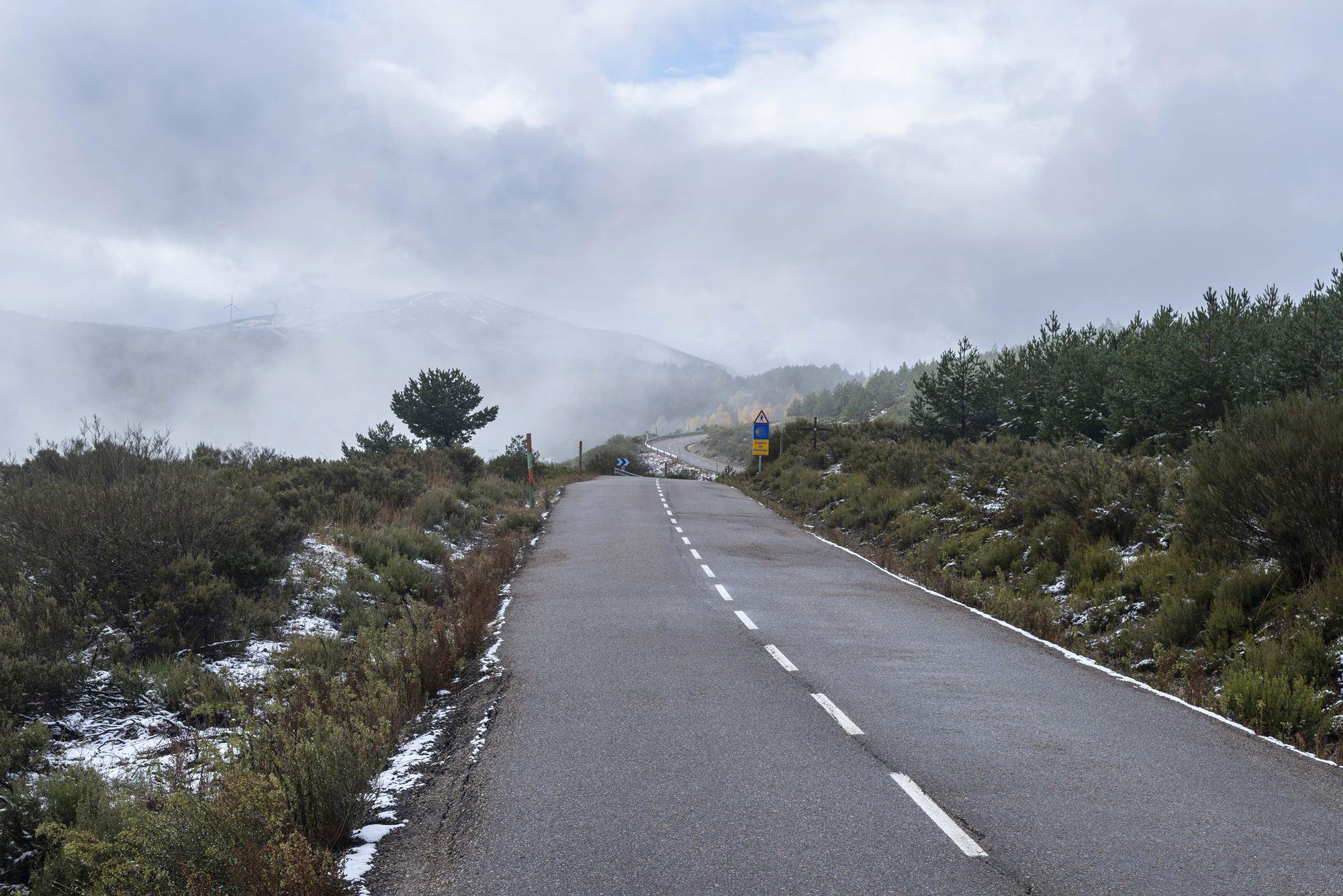 Las montañas hacia Galicia y el Teleno, escondido de la niebla.