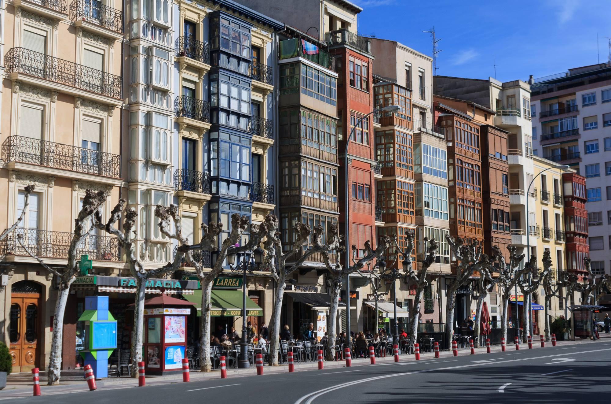 Tradicionales fachadas coloridas y balcones de madera del centro logroñés. Foto: Shutterstock