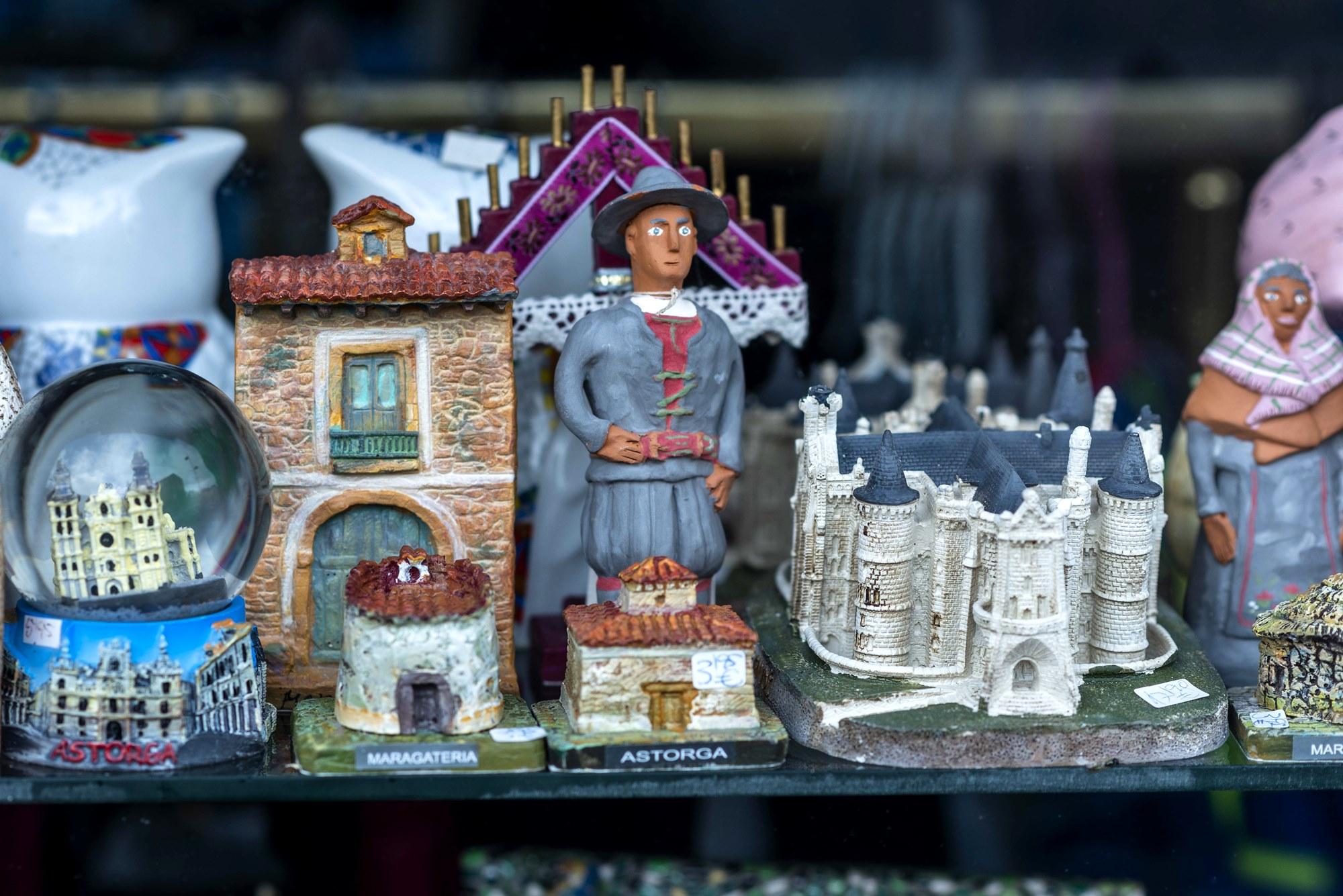 'Souvenirs' que retratan la riqueza de Astorga y los maragatos.