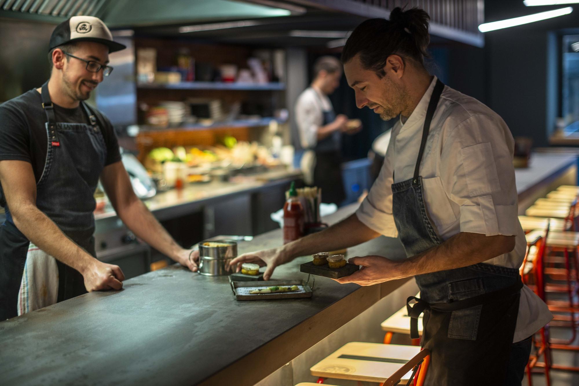 El original 'outfit' de los chefs llama la atención de los comensales, así como sus explicaciones.