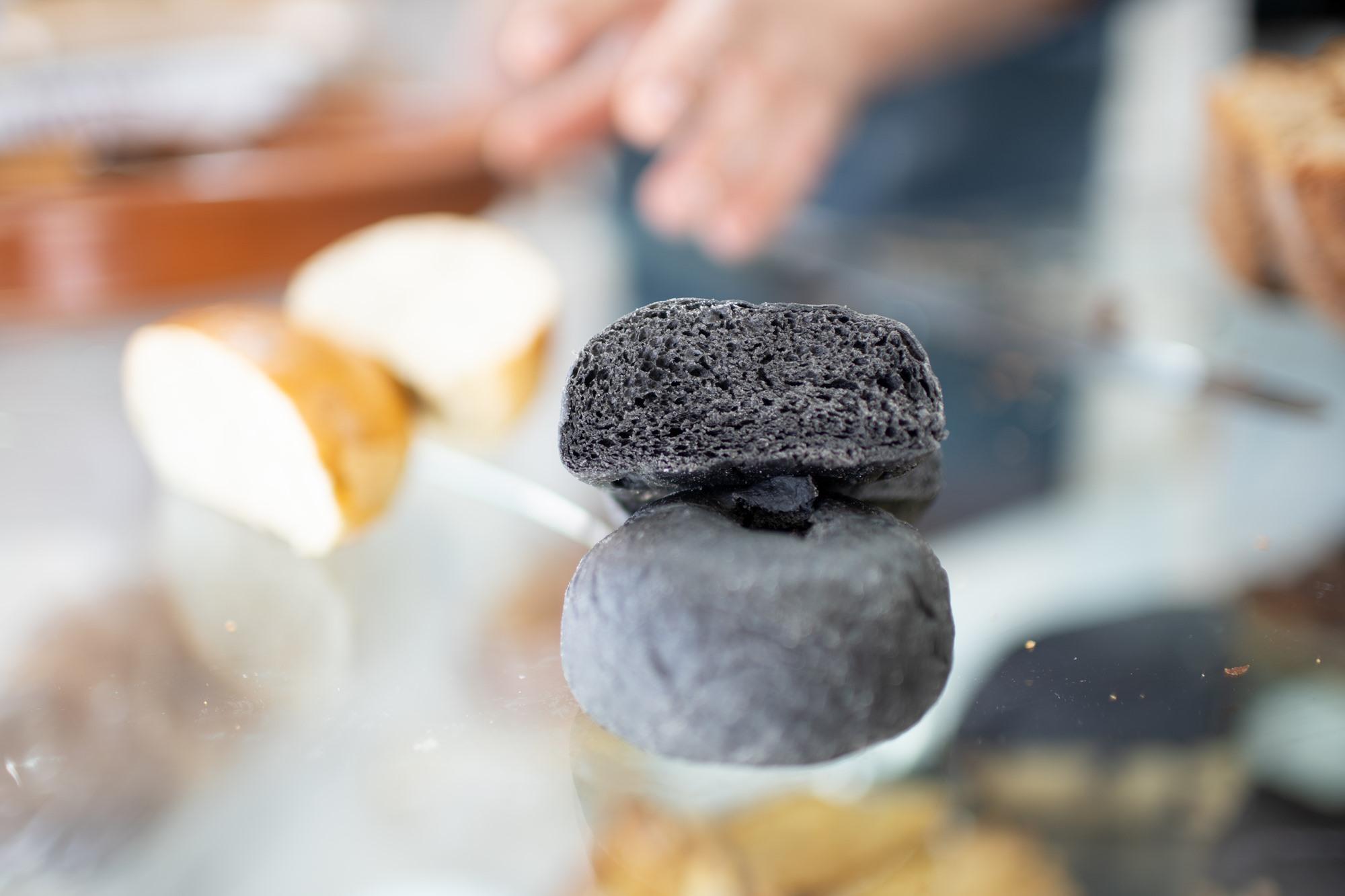 Pan bao con tinta de calamar. Panadería 'La Cremita', Chiclana de la Frontera
