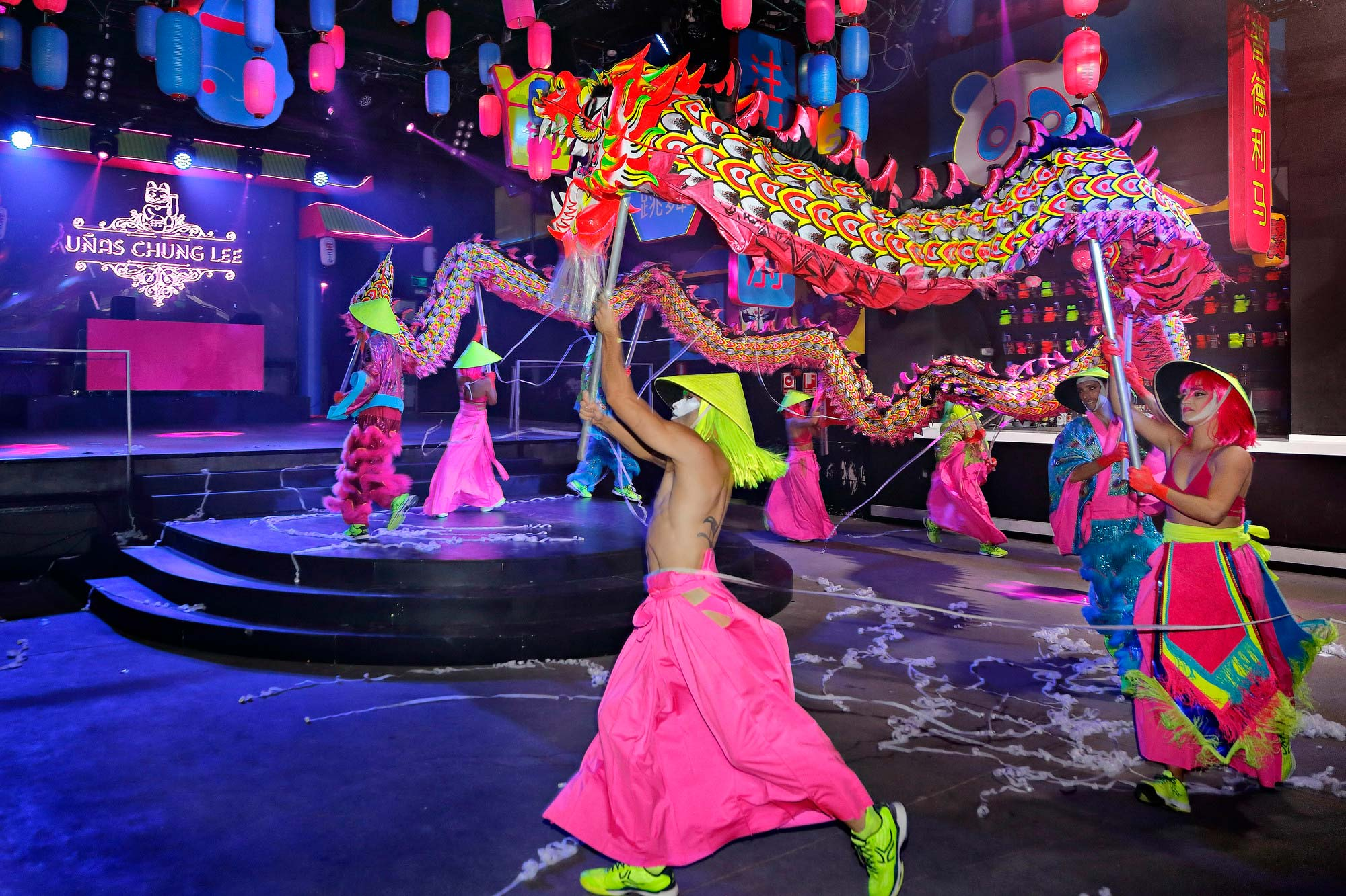 El dragón de diez metros simula la celebración del Año Nuevo Chino.