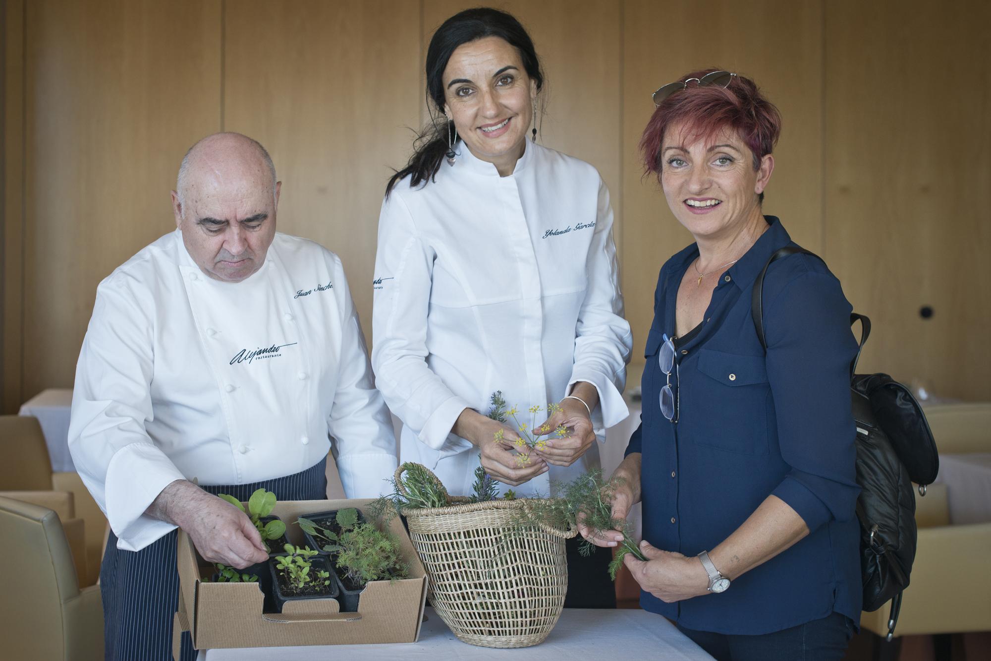 Juan Sánchez junto a Yolanda y Macarena Molina, la agricultora de Níjar.