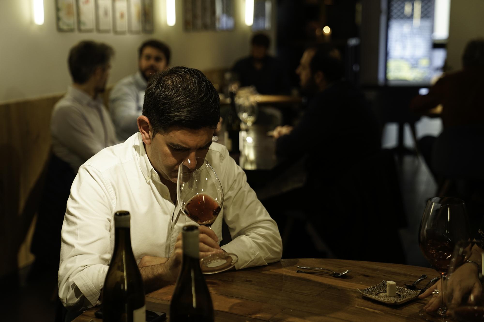 Además de la sabrosa comida, se puede elegir entre casi 90 referencias de vinos.
