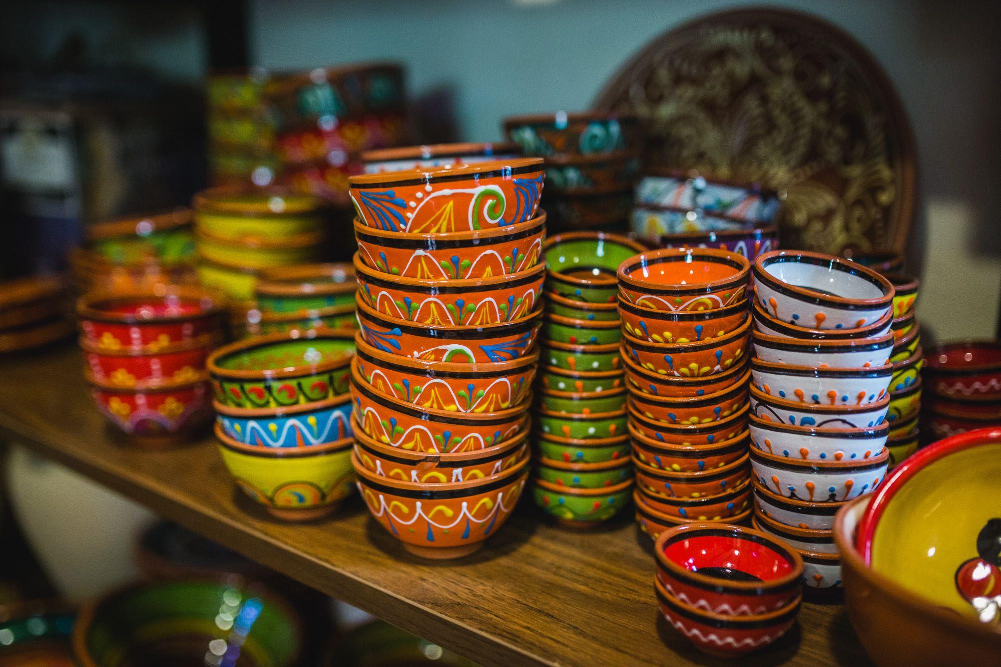 Los puestos de artesanía y de aperitivos son, con las casas rurales, un reflejo de la nueva vida de Priego más enfocada al turismo.