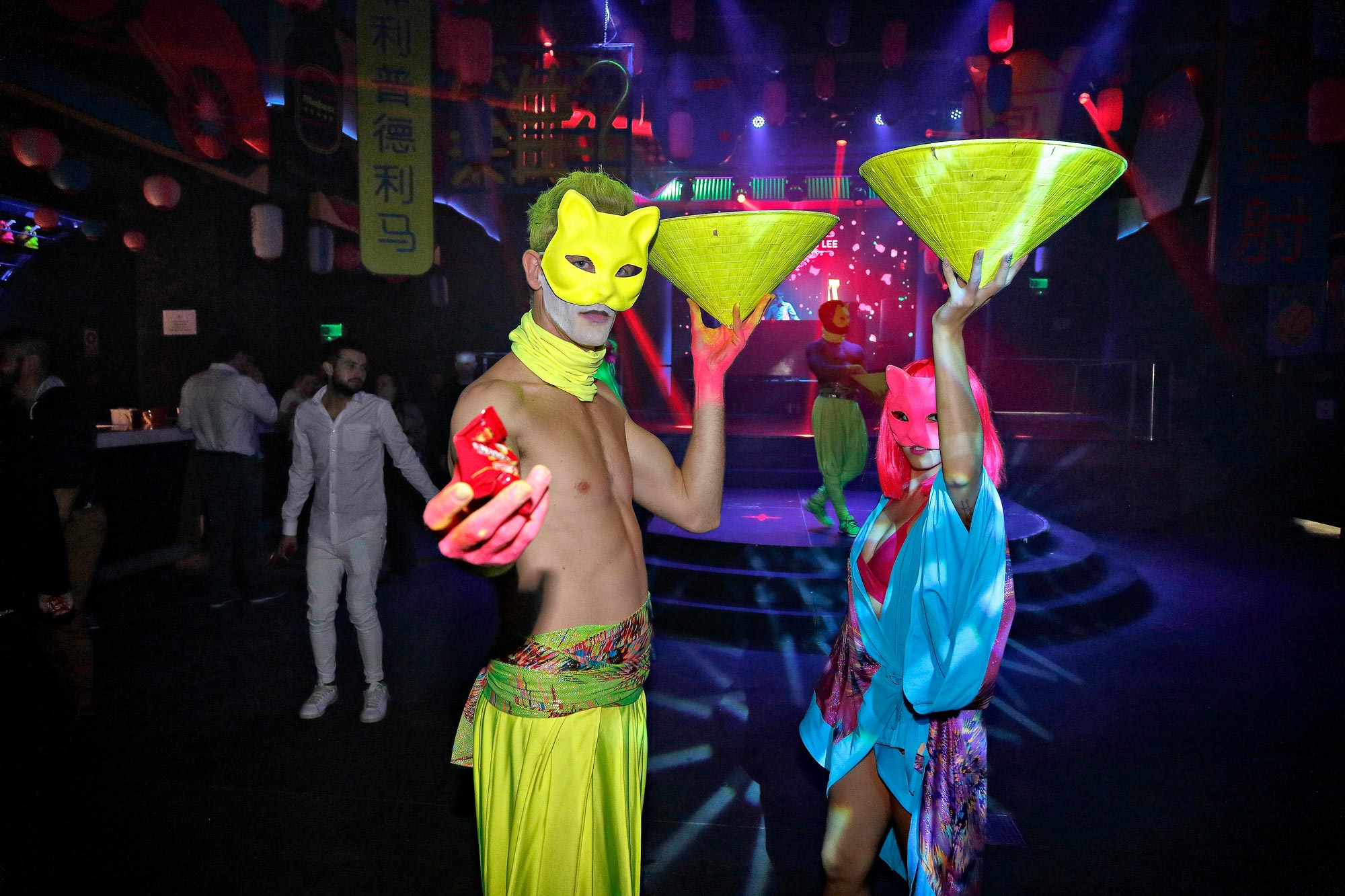 Los bailarines y las bailarinas interactúan con el público desde el principio de la noche.