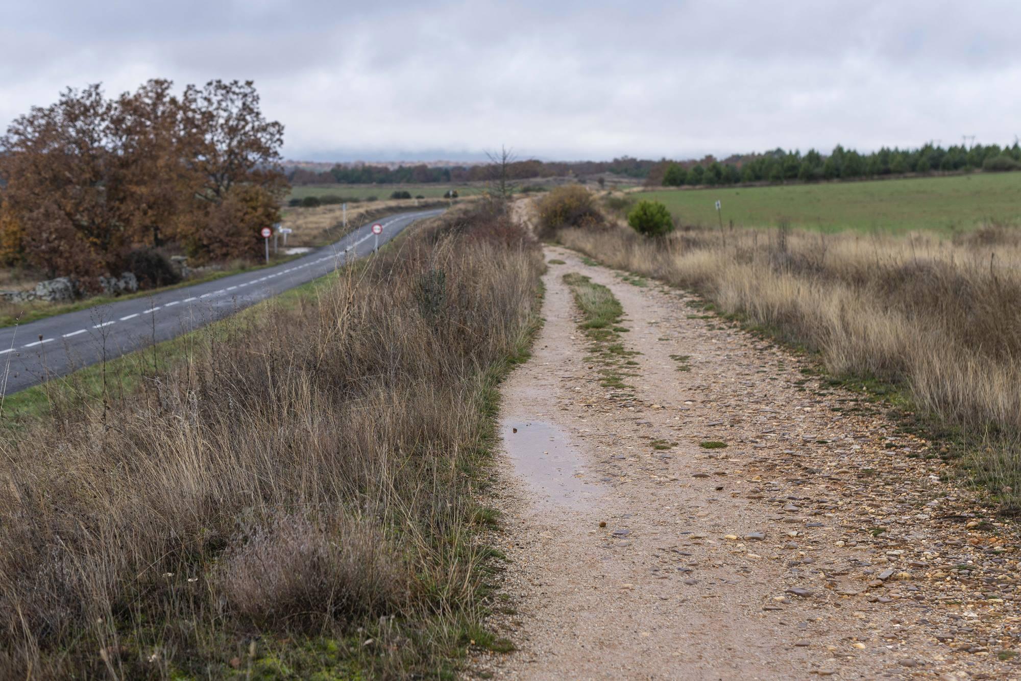 Los caminos de coches y peregrinos transcurren paralelos muchos tramos.