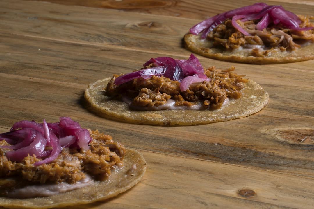 Tacos cochinita en 'DF Bar', el bocadillo más picante. Foto: Facebook 'DF Bar'.