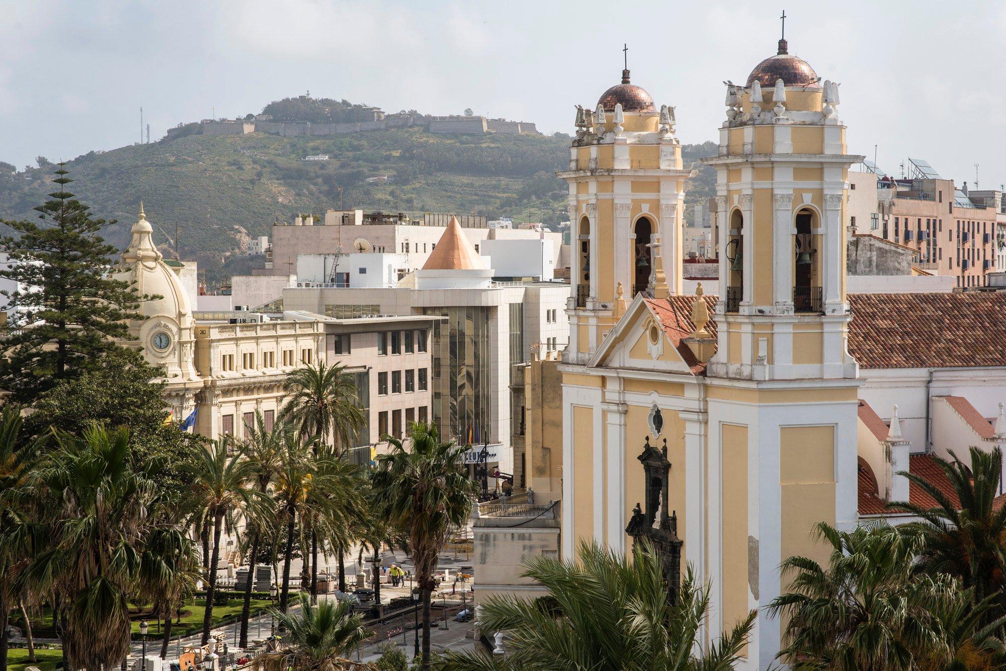 Ceuta: la catedral de la Asunción con el Monte Hacho al fondo