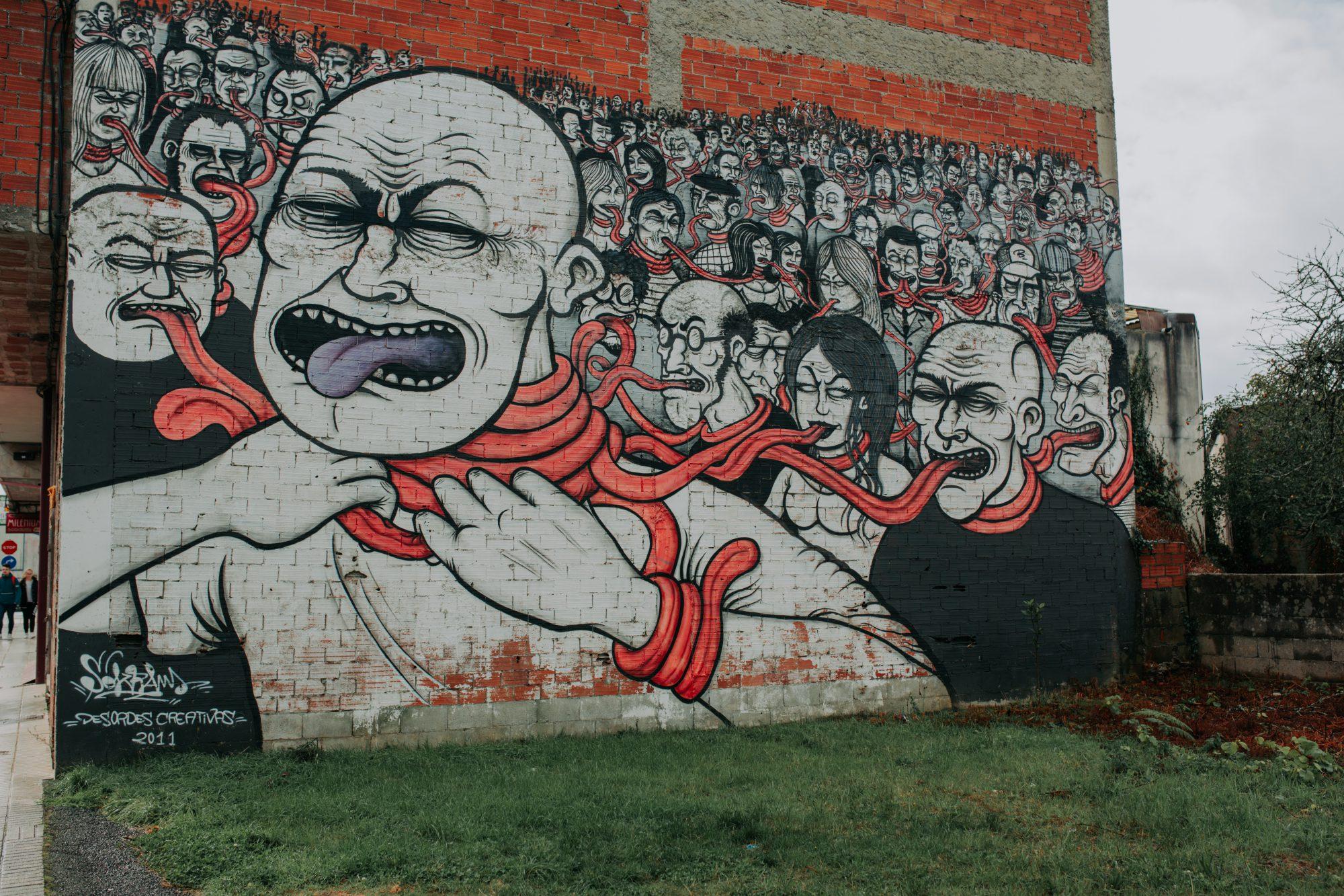 Street art en Ordes: Otra de las obras de Sokram en una fachada de Ordes (2011)