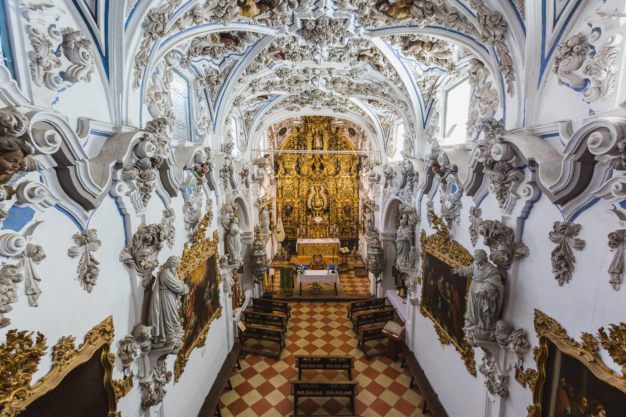 La profusión ornamental de la ermita de la Aurora puede resultar incluso abrumadora.
