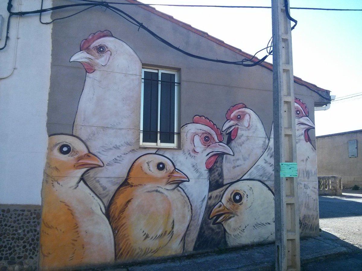 Las gallinas de Parsec! en una fachada de Castrogonzalo. Foto: Henar Ortega.