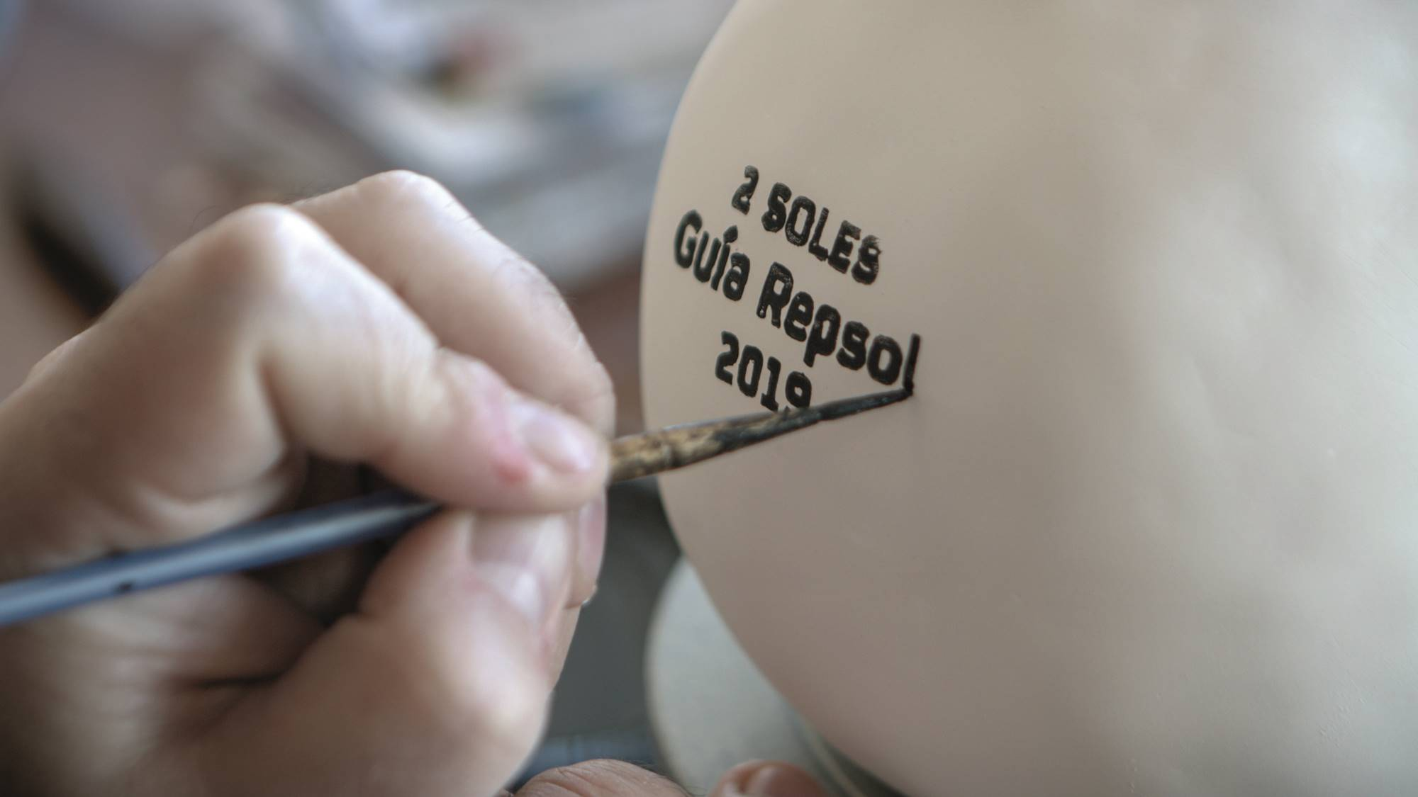 Úrculo pinta a mano cada uno de los Soles. Foto: Elisa Sánchez.
