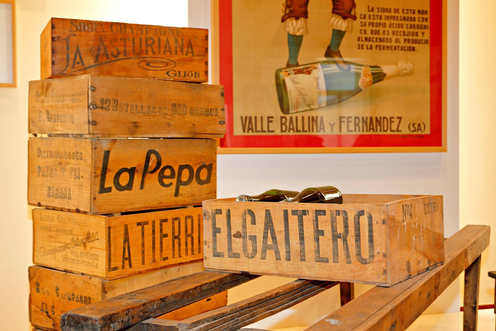 La antigua caja para la sidra El Gaitero forma parte de la exposición de la bodega.