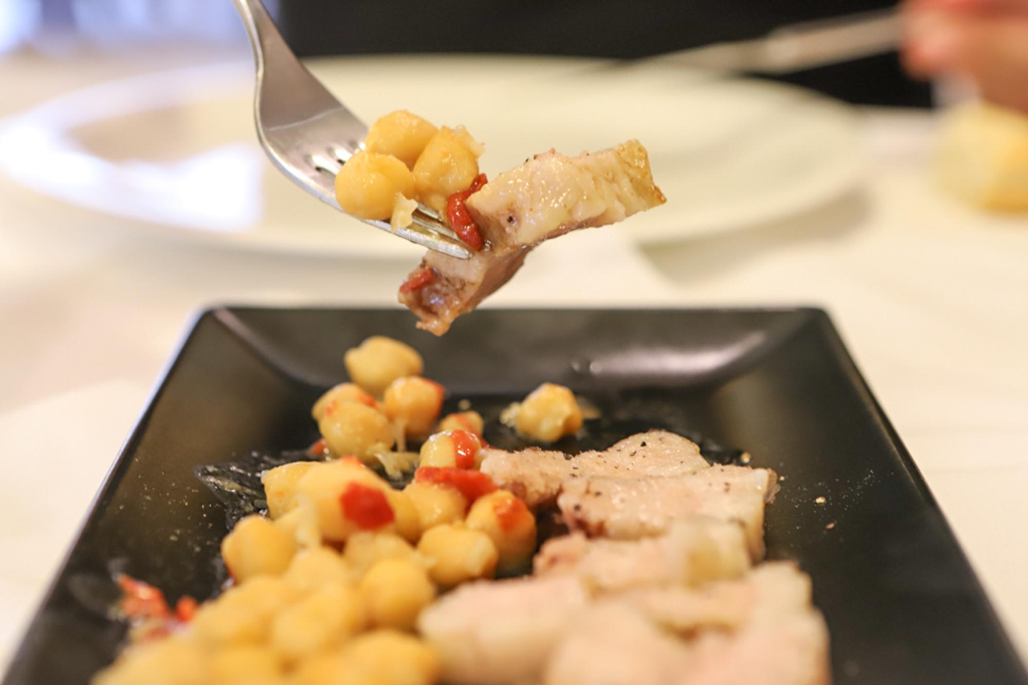 Panceta con pimienta y garbanzos tiernos.