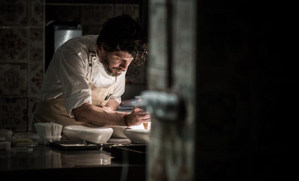 El chef Paulo Airaudo trabajando en su cocina. Foto: Facebook Amelia.
