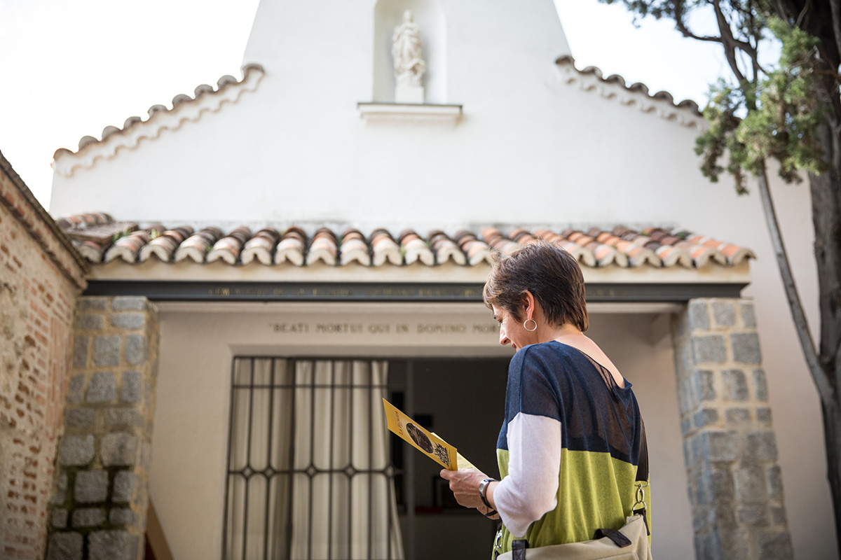 Una turista mira un folleto informativo junto a la ermita del cementerio de La Florida, en Madrid.