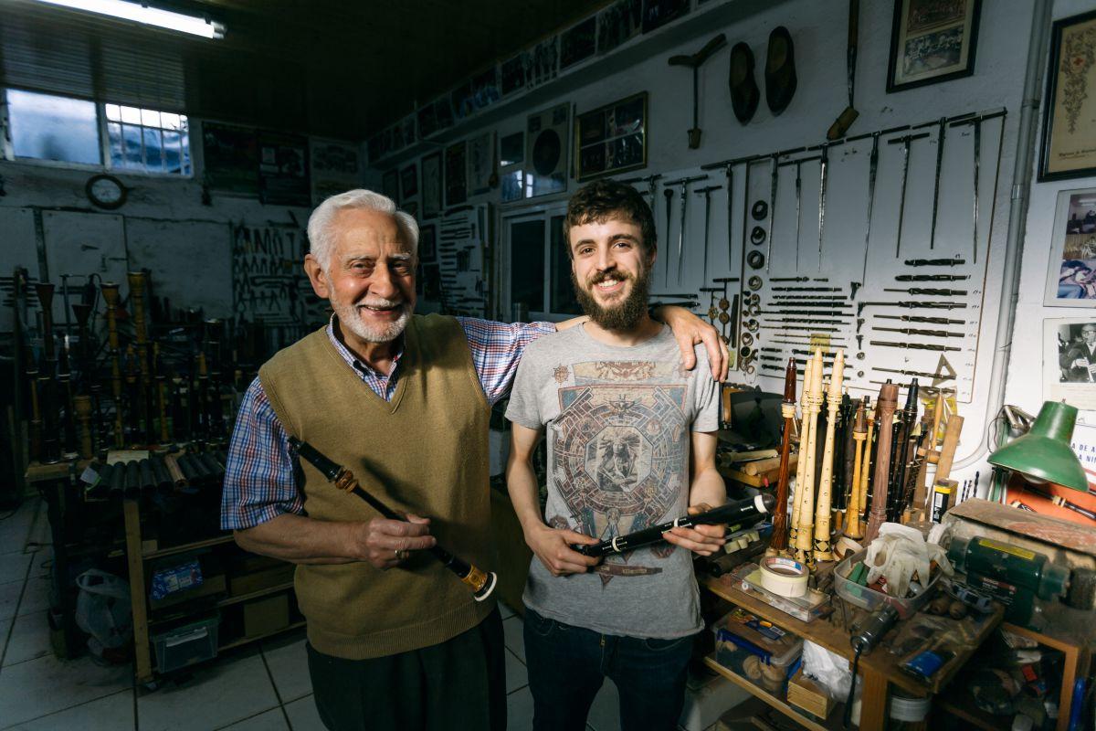 Antón y Ramón Corral, abuelo y nieto, en su taller de gaitas de Tui.