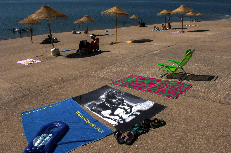 Sombrillas, toallas y hamacas en la orilla. Foto: Manuel Ruiz Toribio.