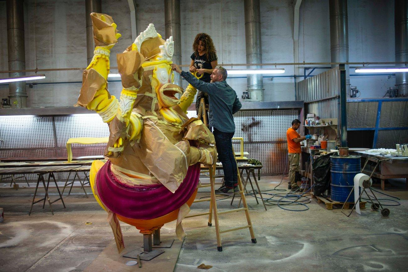 Taller de Piñero. Escultura de pollo gigante (2)