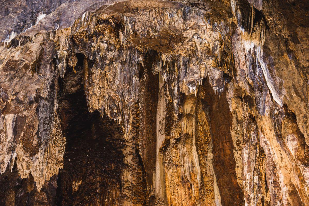 Detalle de los techos de la Cueva del Agua, en las Cuevas de Fuentes de León, en la provincia de Badajoz.