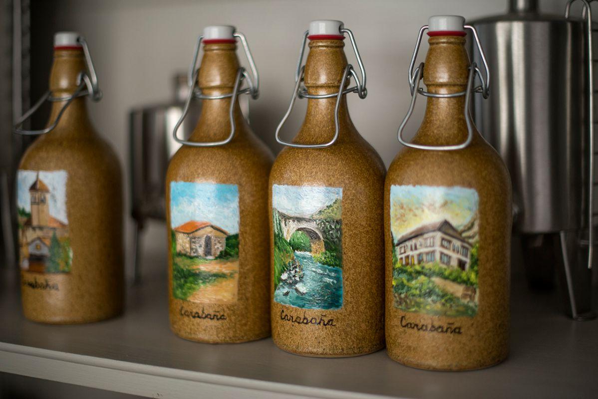 Botellas de aceite de oliva extra virgen decoradas con motivos de la Vega de Tajuña.