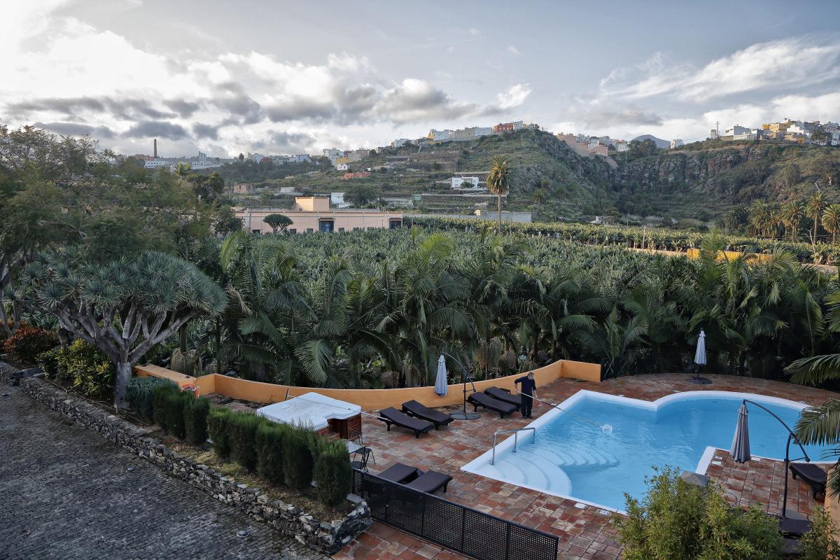 La piscina es de agua climatizada y cuenta con zona de baño turco.